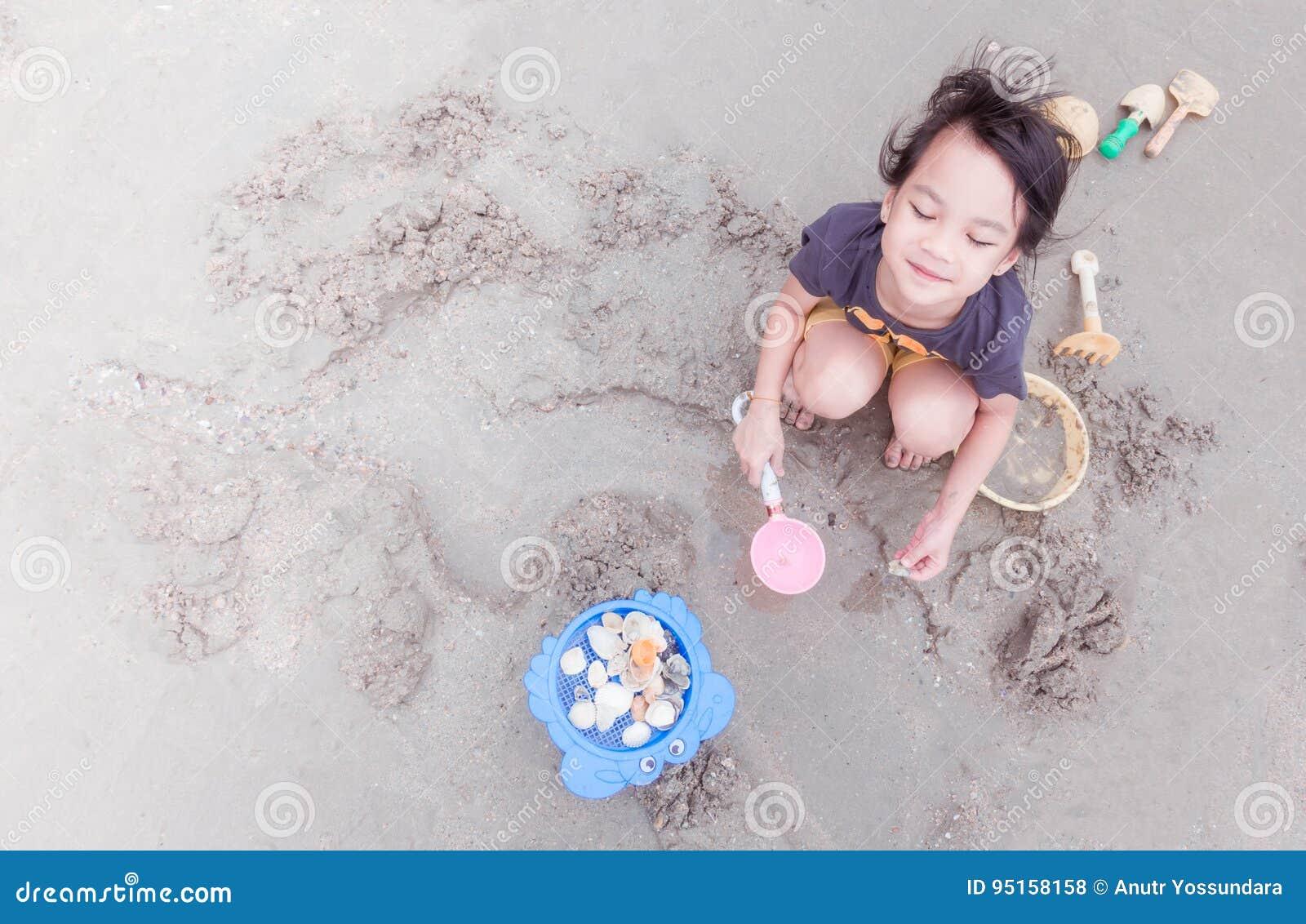 Девушка играет с игрушкой — photo 4