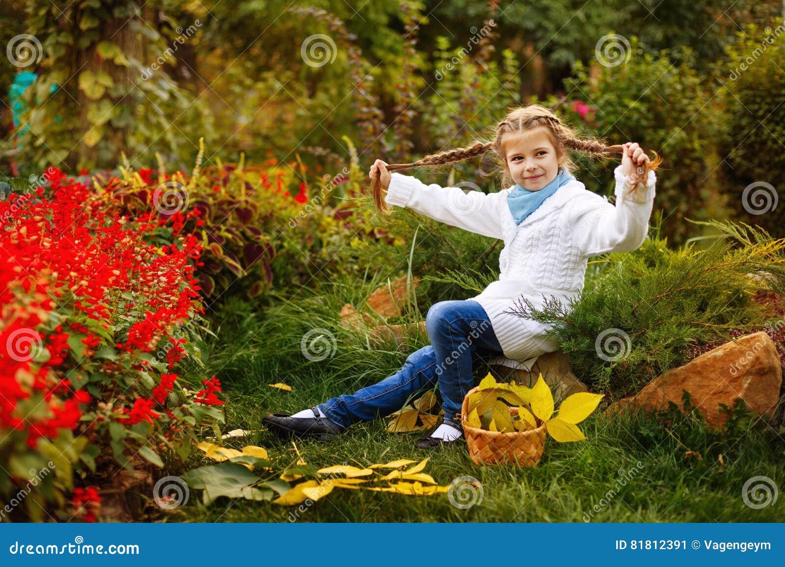 Девушка играет дурачка в парке осени
