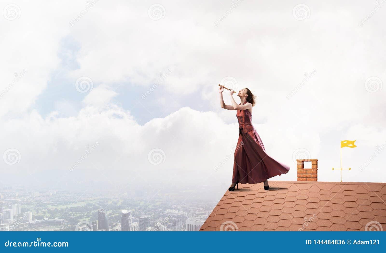 Девушка играя ее мелодию на файфе на дне лета ярком Мультимедиа