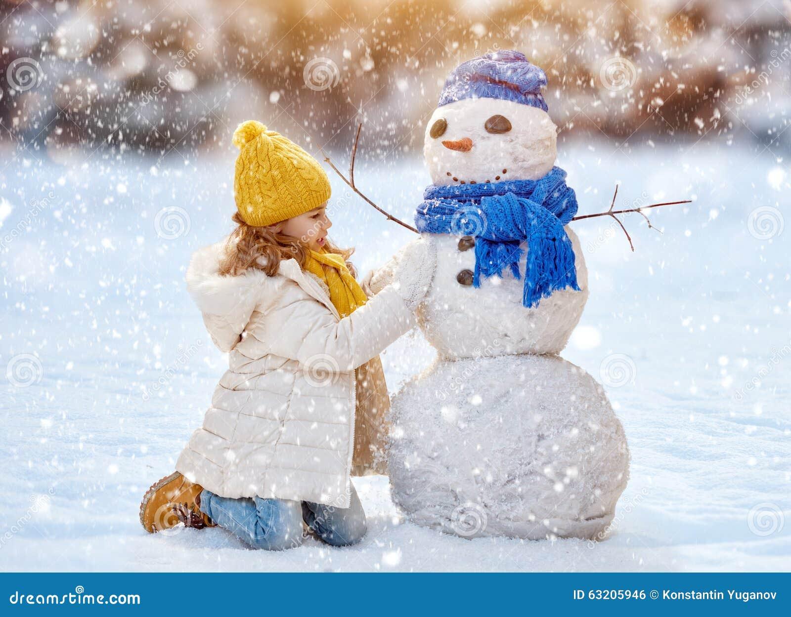 Download Девушка играя с снеговиком стоковое фото. изображение насчитывающей природа - 63205946