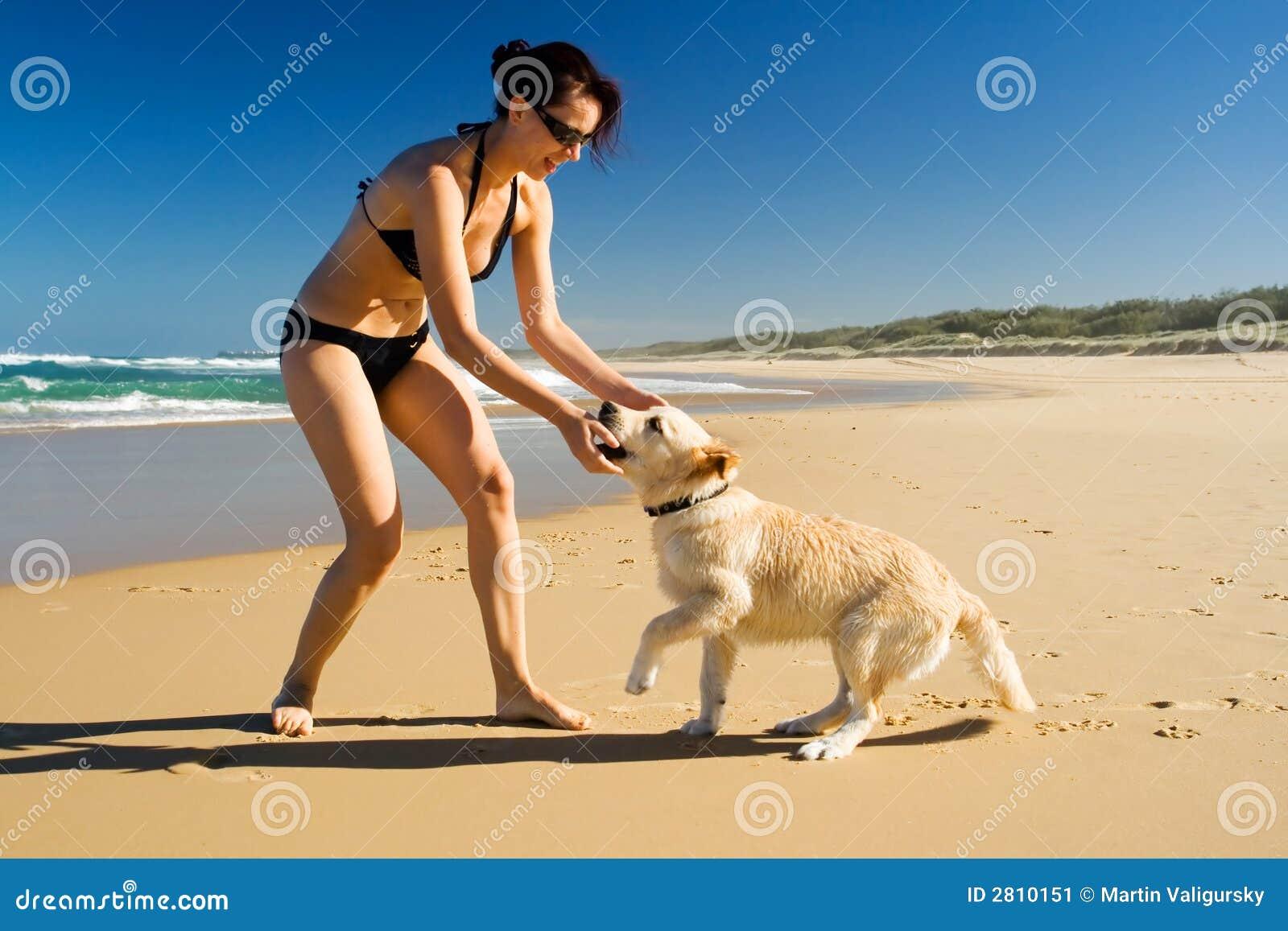 девушка играя щенка