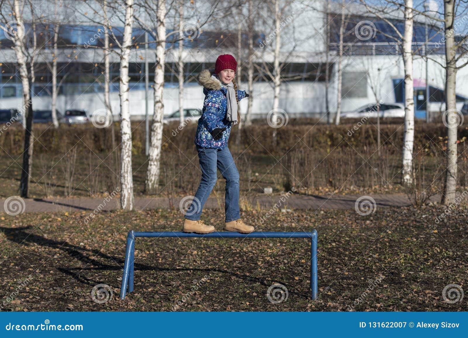 Девушка идет в парк осени