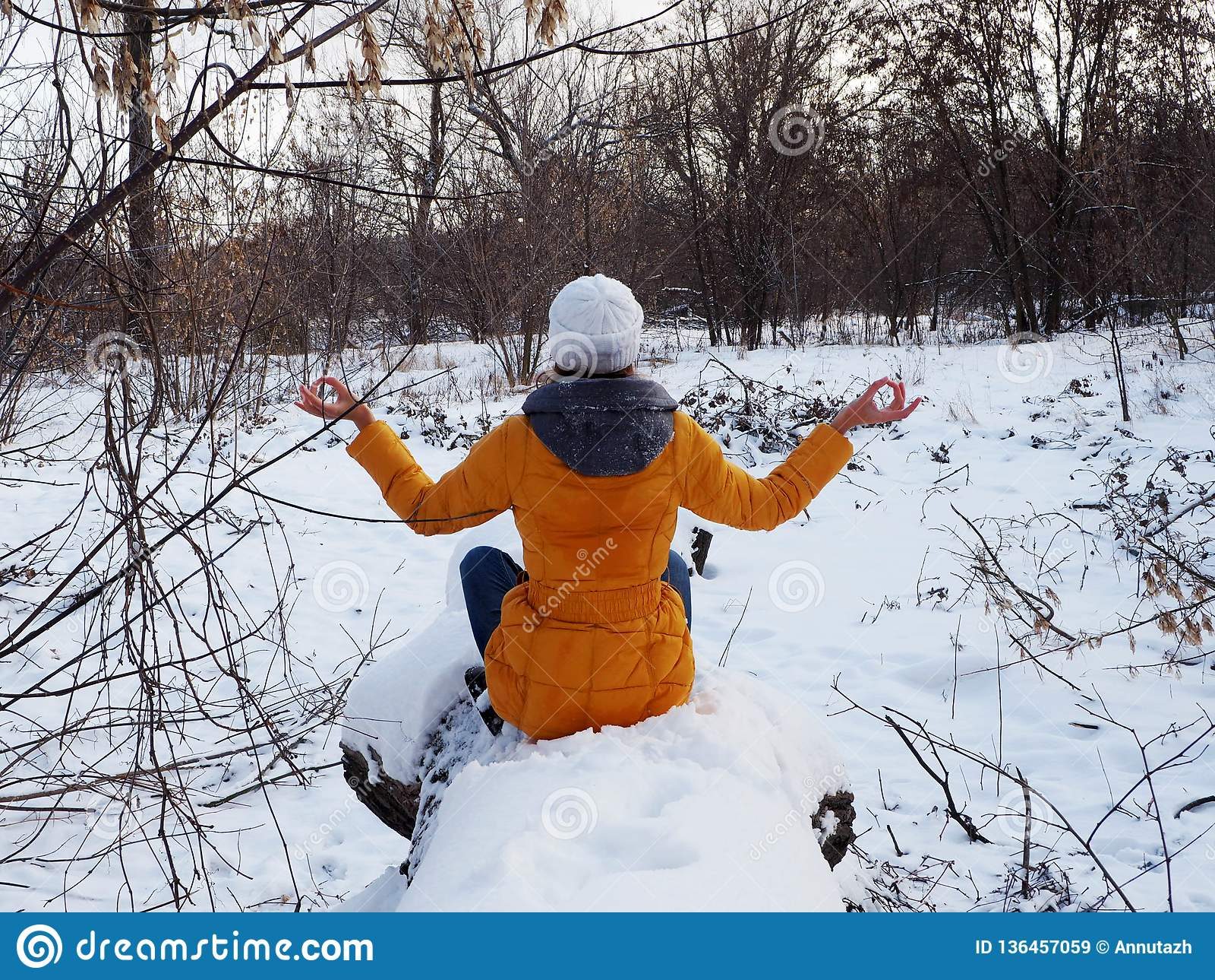 Девушка идет в покрытый снег парк