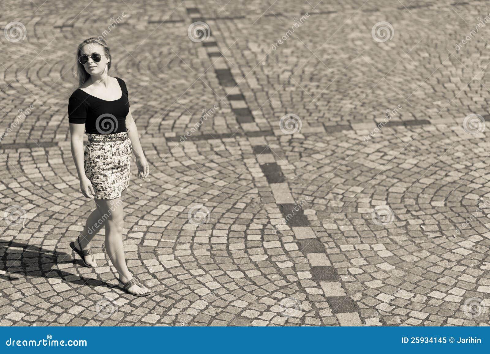 Девушка и выстилка города