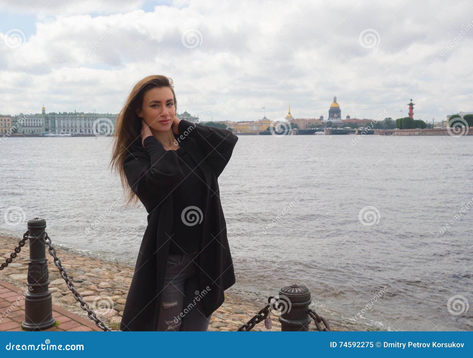 foto-devushek-iz-pitera-bolshie-chleni-v-popke-i-kiske-chastnoe-foto