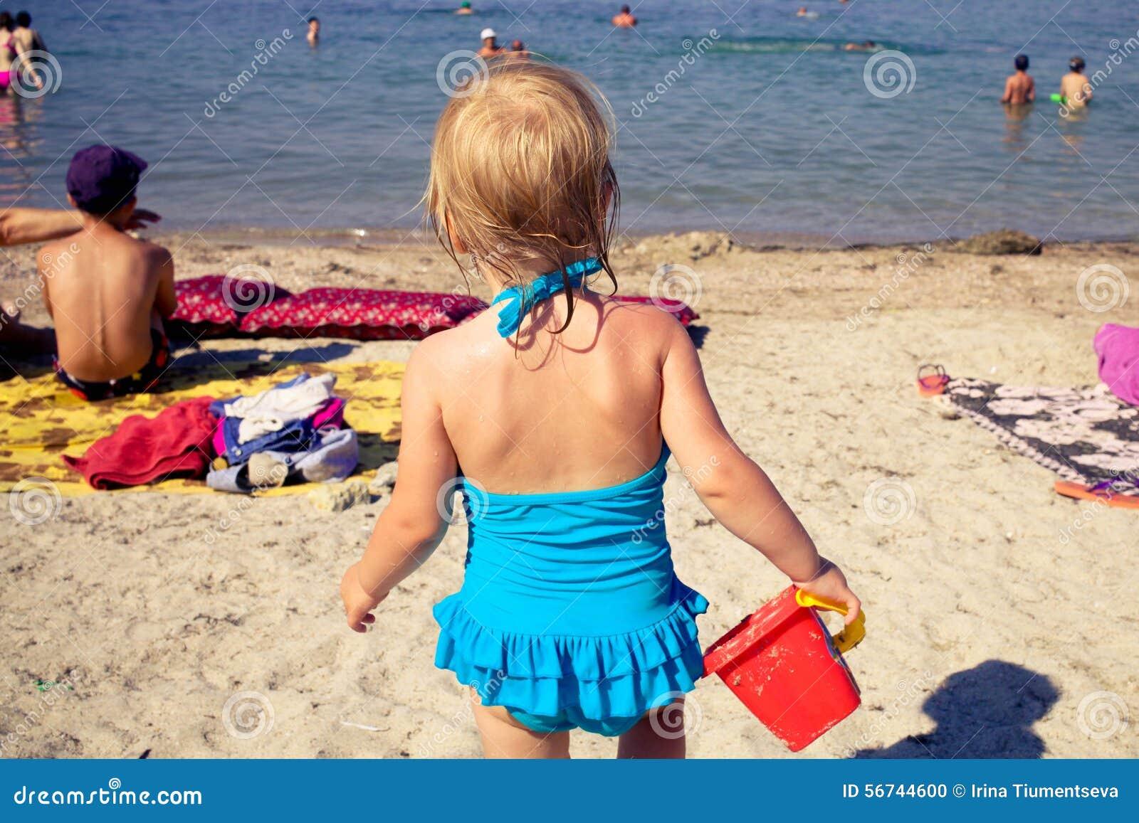 Девушка идет на море