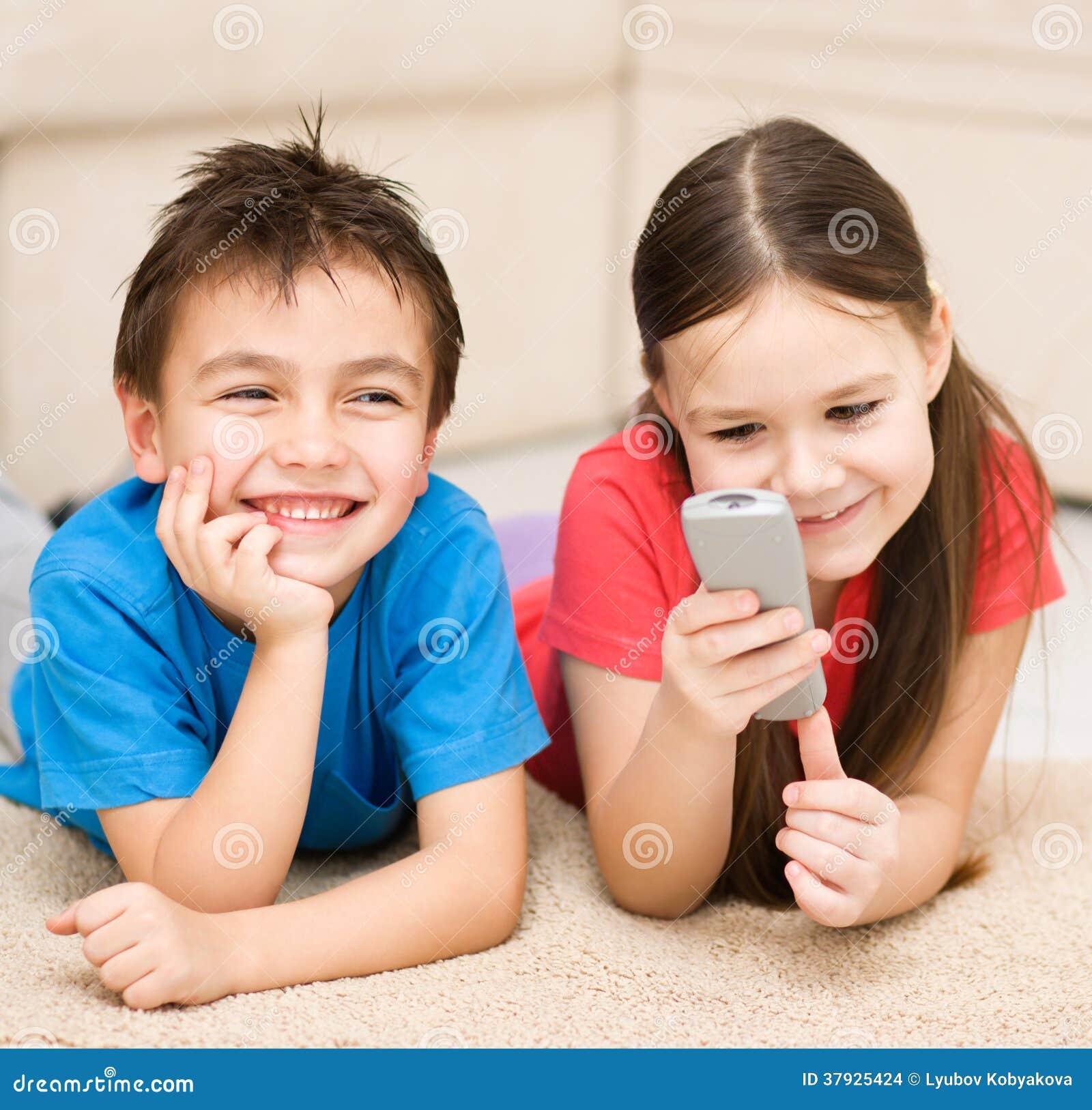 Девушка и мальчик смотря ТВ
