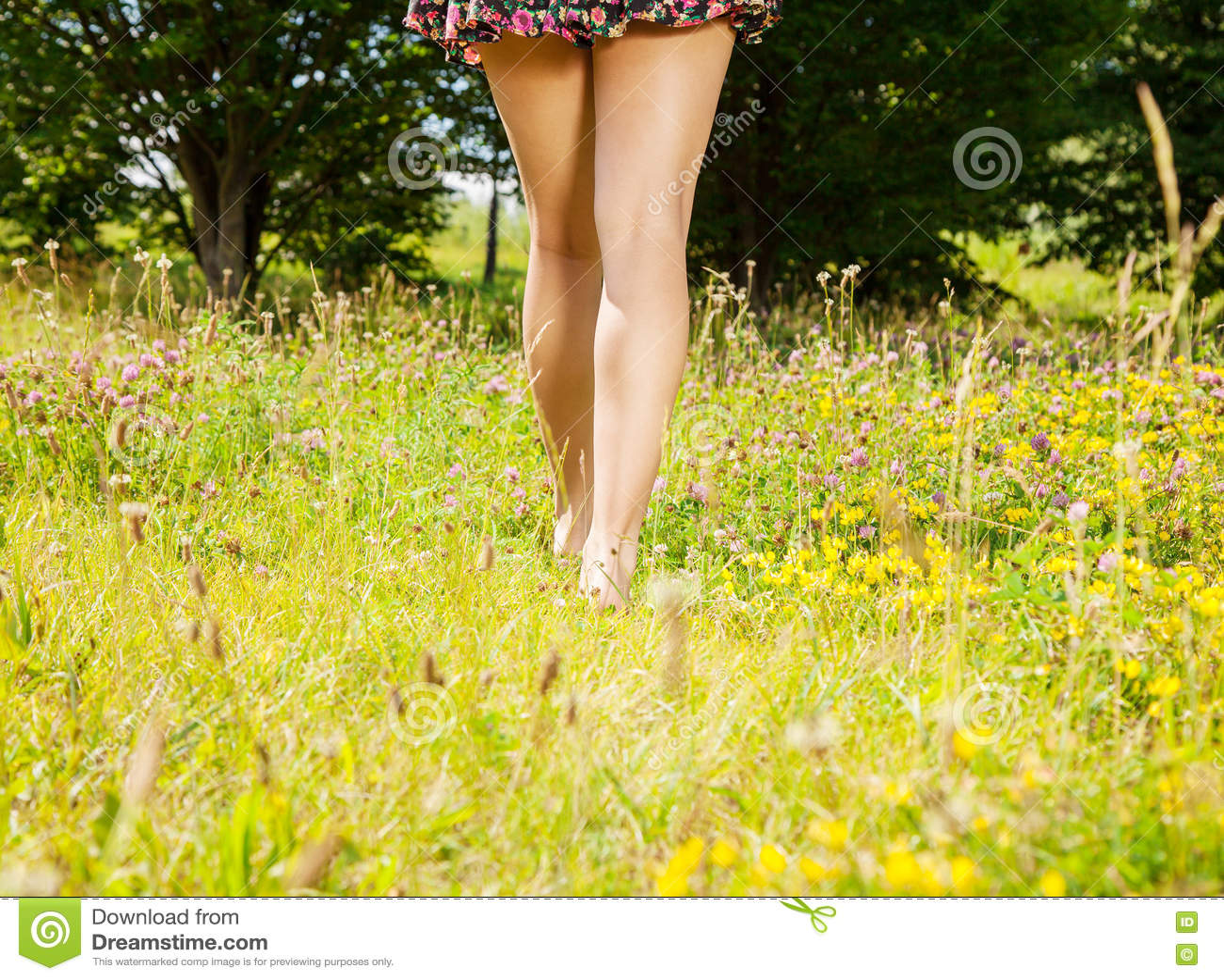 Девушка идя прочь barefoot на траву