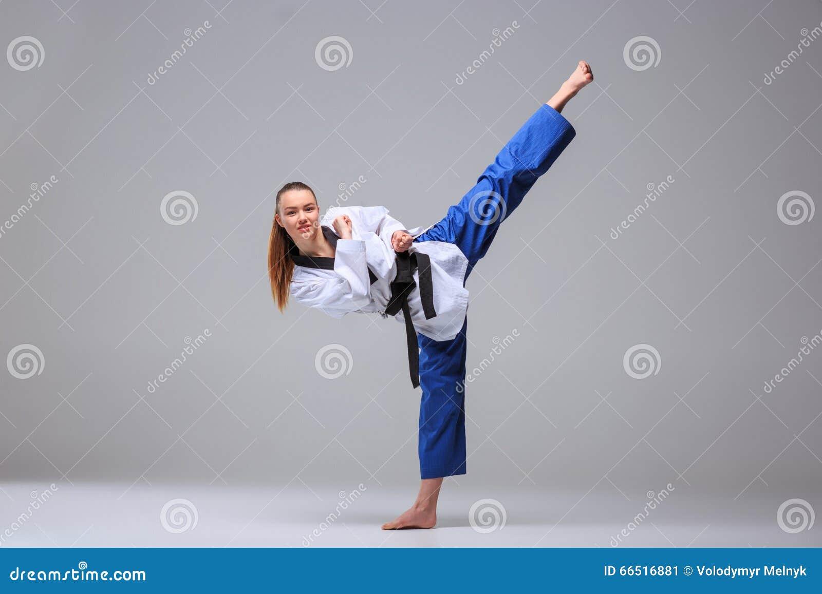 Девушка в кимоно каратэ фото