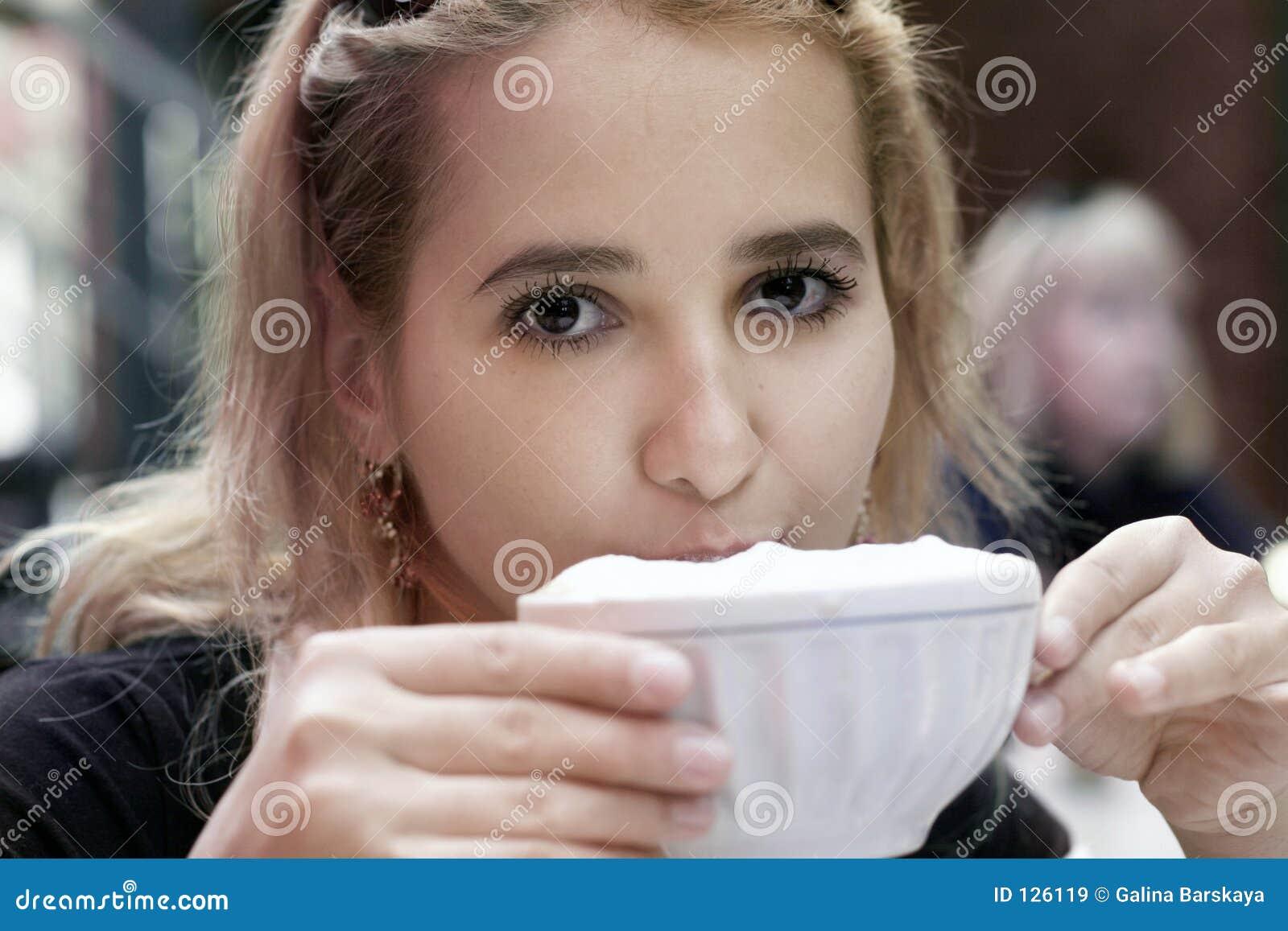 девушка кофе выпивая