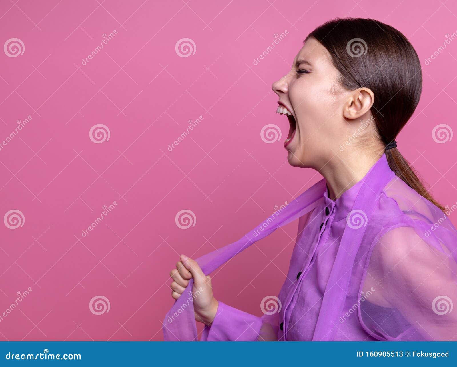 Девушка кричит на работе работа для девушки иваново