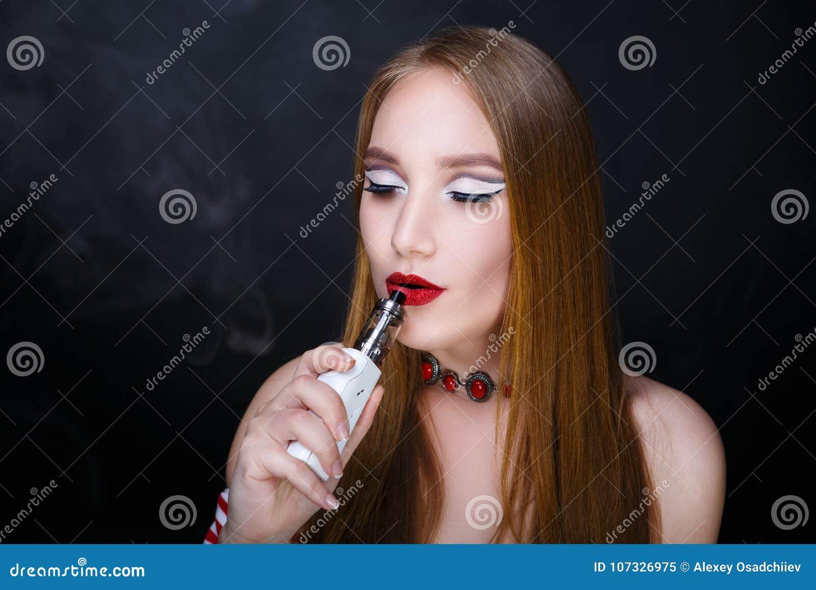 Женщина шикарно курит видео 8