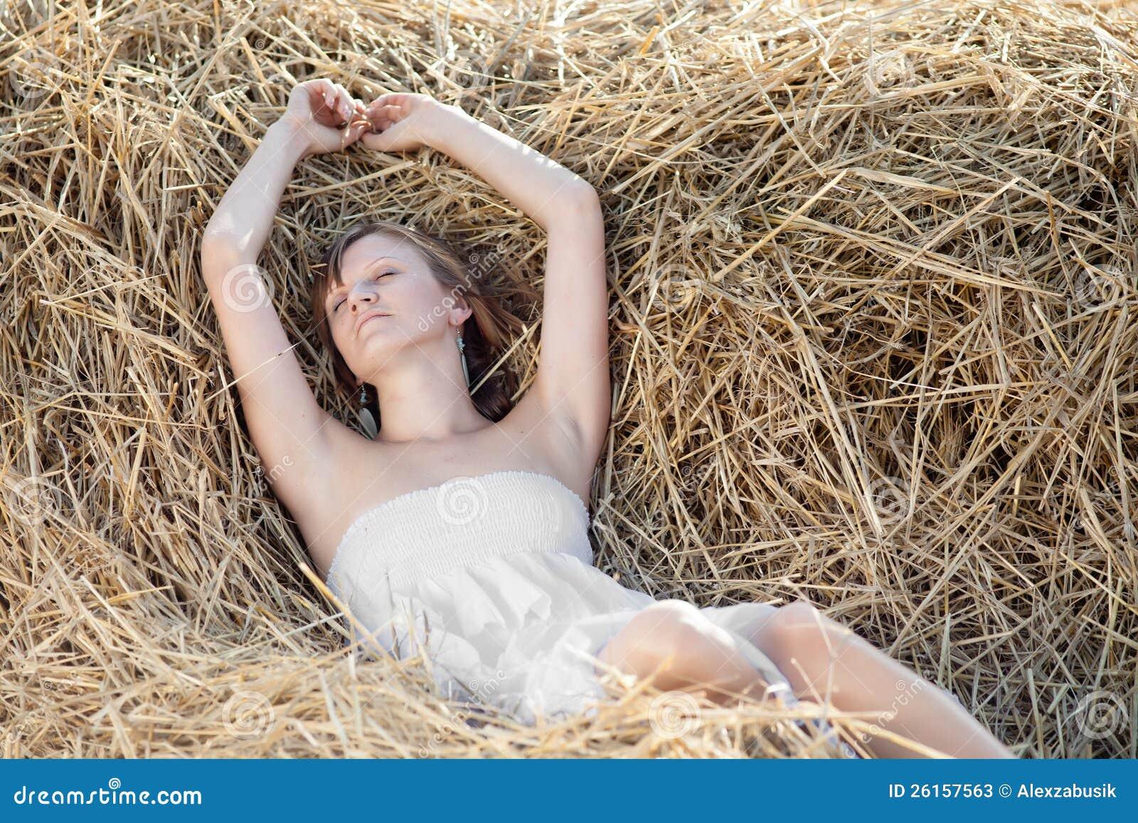 Парень с девушкой на сеновале — photo 1