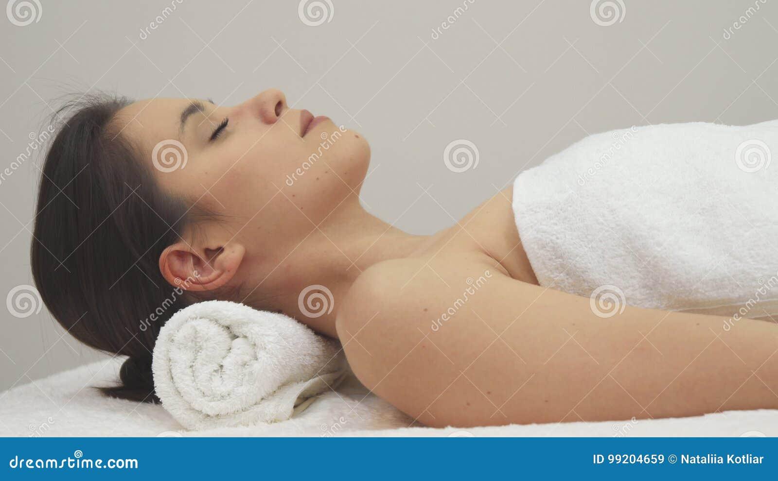 Девушка лежит массаж все салоны эротических массаж на юго западная