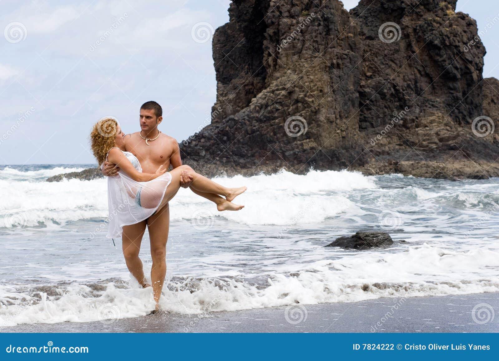 девушка мальчика пляжа