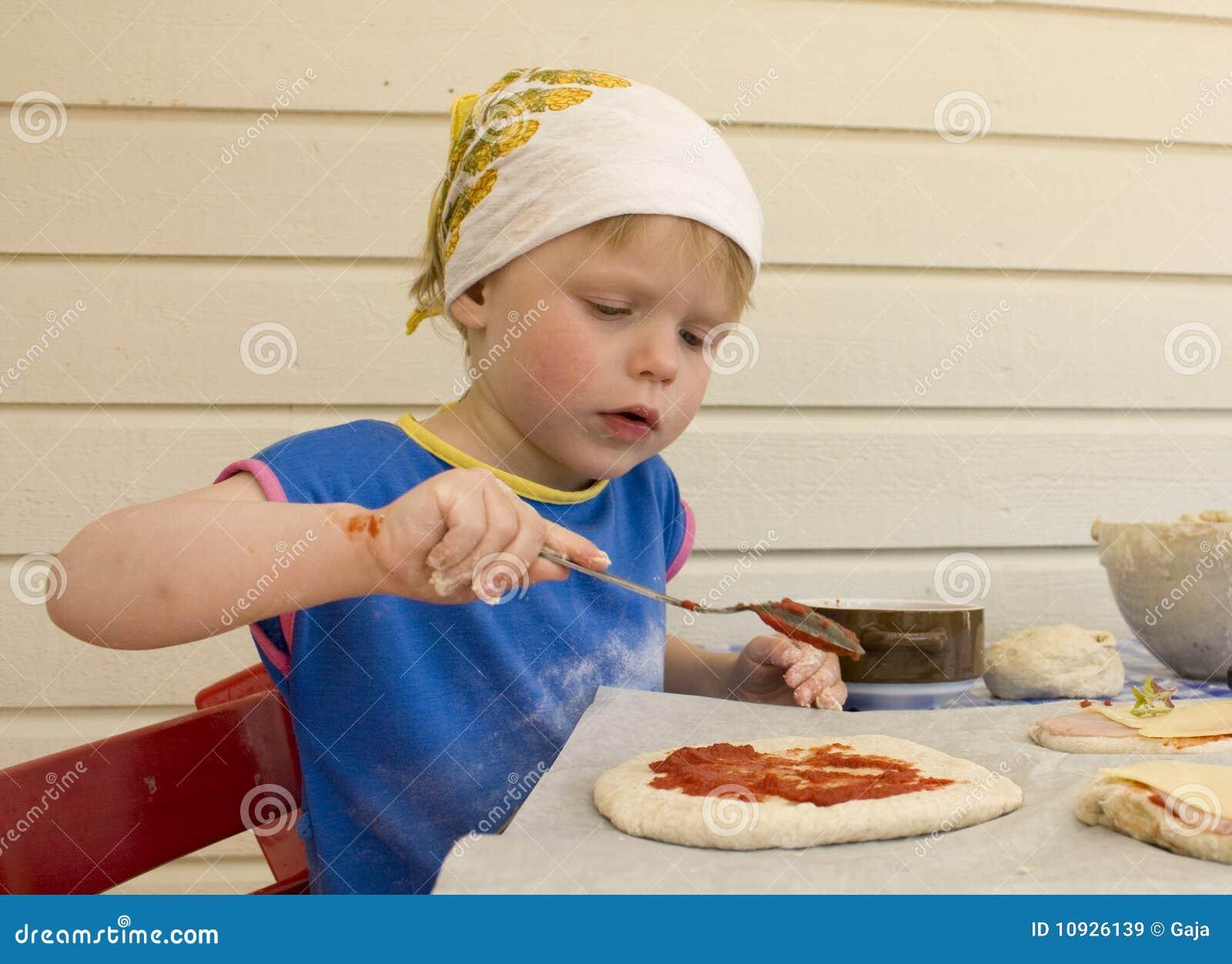 девушка меньшяя делая пицца