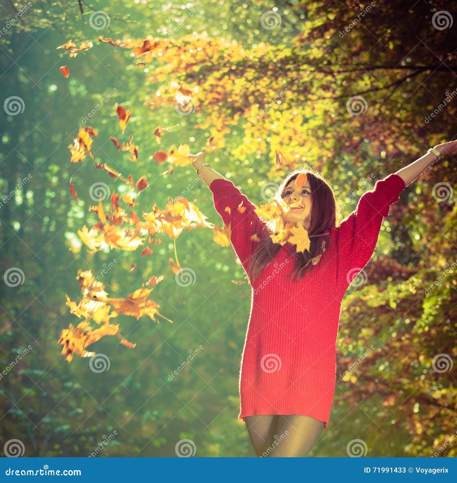 Девушка меча вверх по листьям