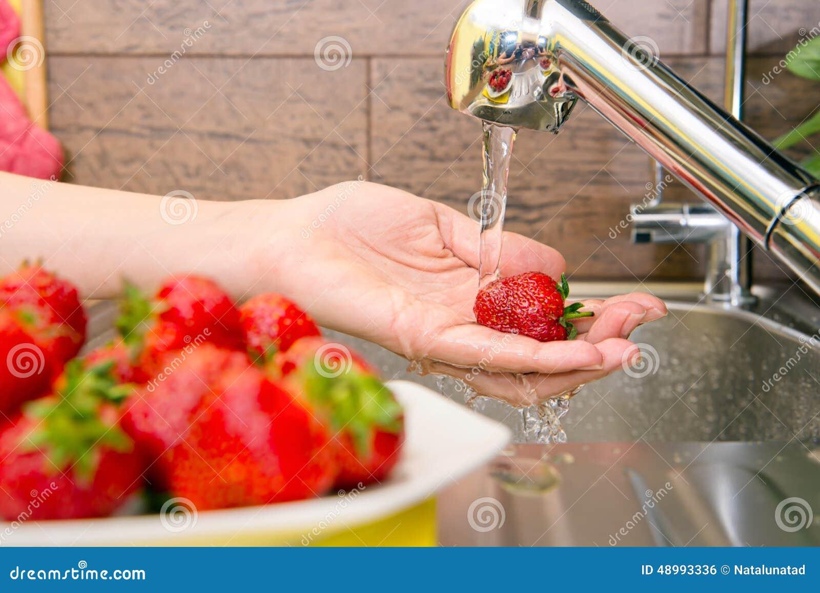 Как отмыть ногти от клубники