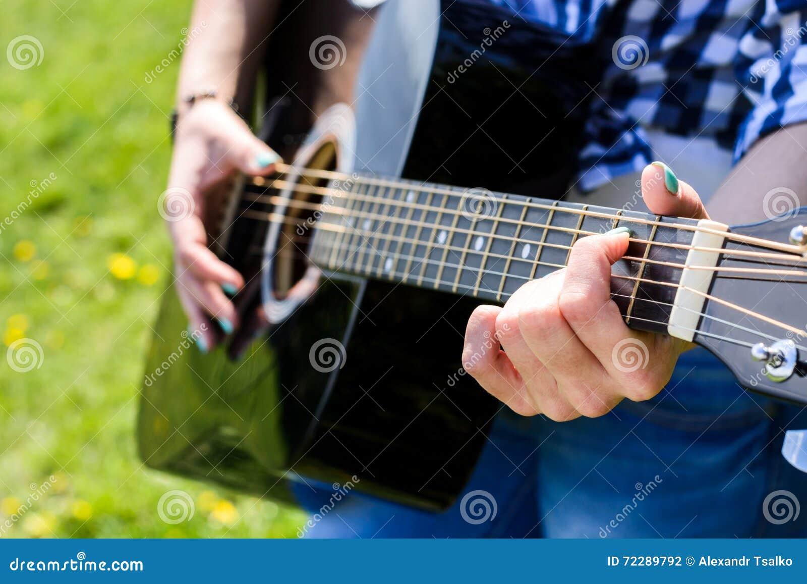 Download Девушка на зеленом луге играя гитару Стоковое Фото - изображение насчитывающей лужок, аппаратура: 72289792