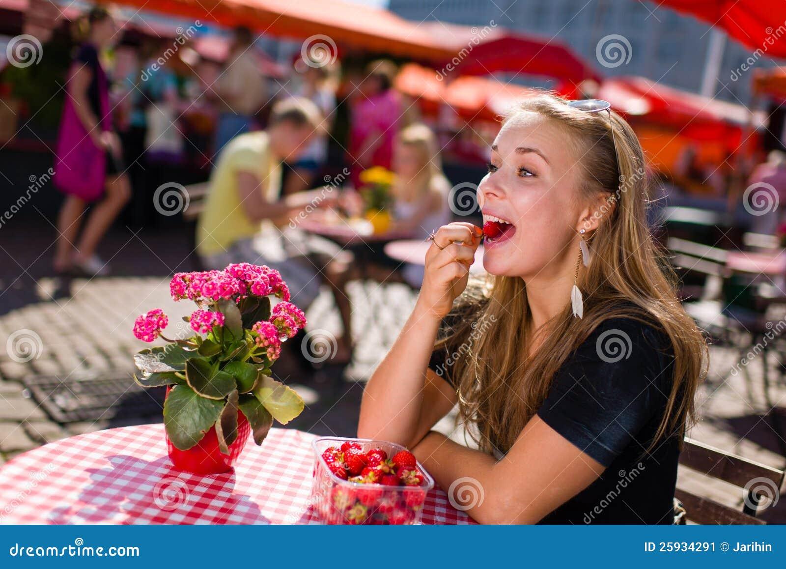 Девушка на кафе рынка