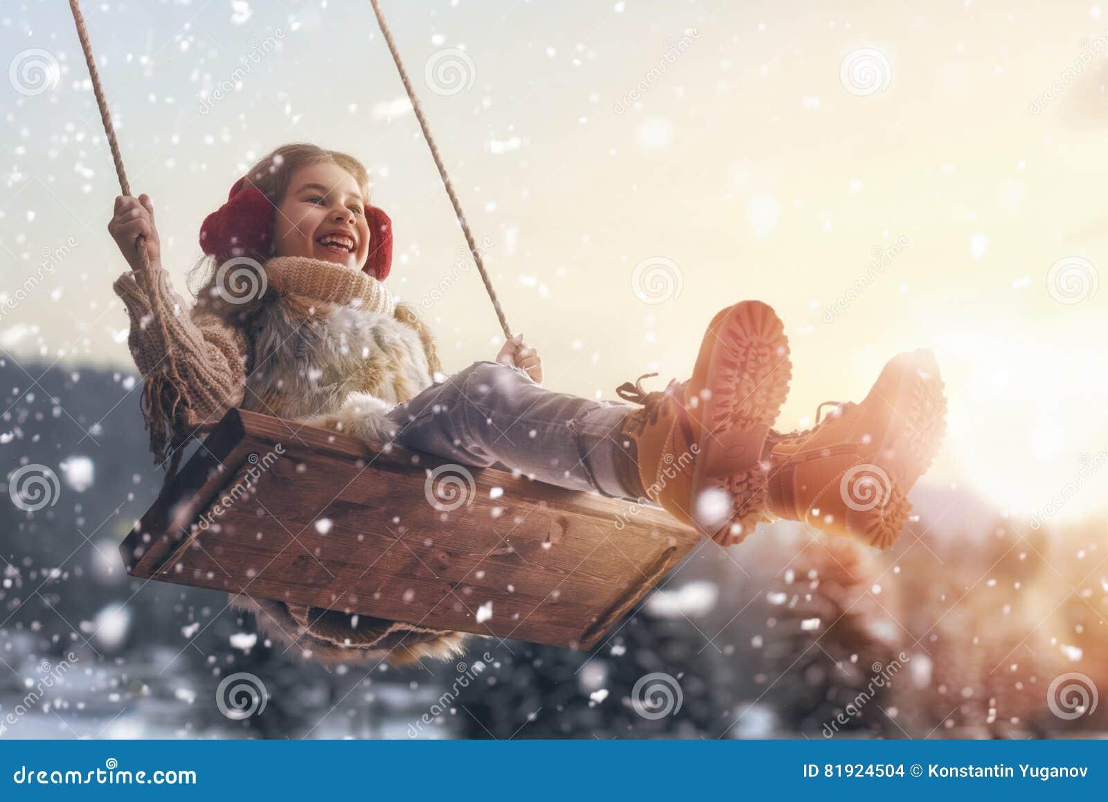 Download Девушка на качании в зиме захода солнца Стоковое Фото - изображение насчитывающей праздник, способ: 81924504