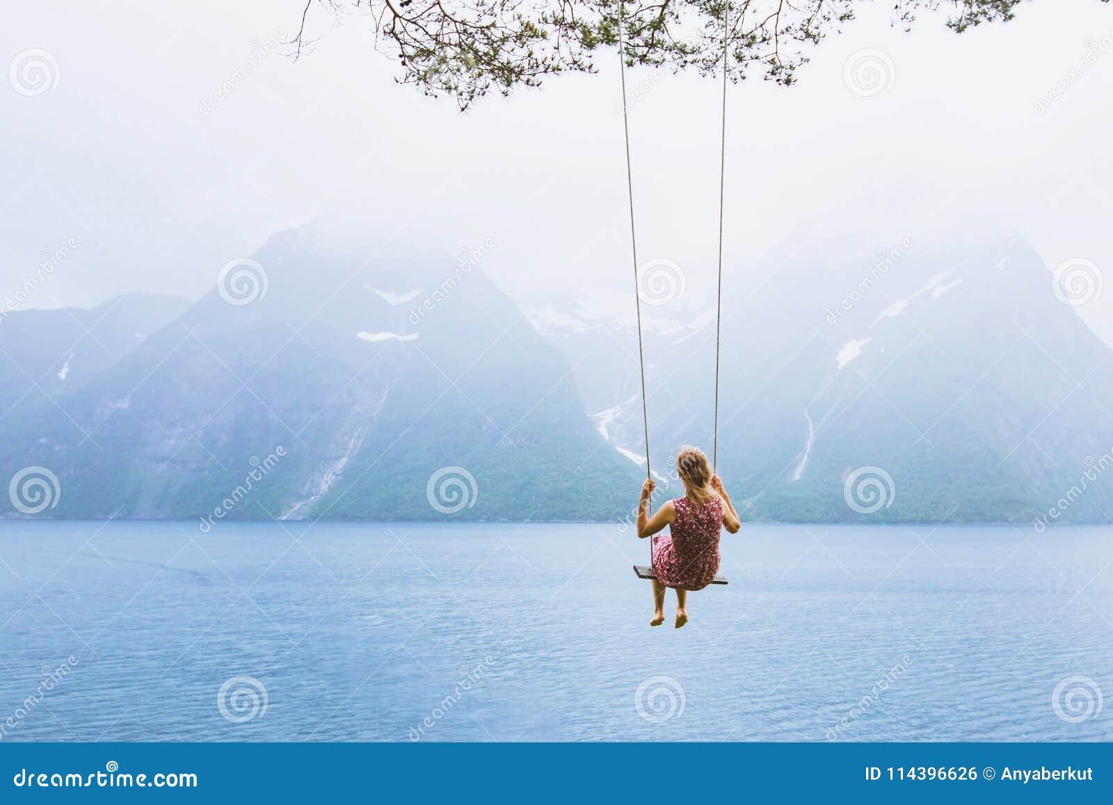 Девушка на качании в Норвегии, счастливый фантазер, предпосылка воодушевленности