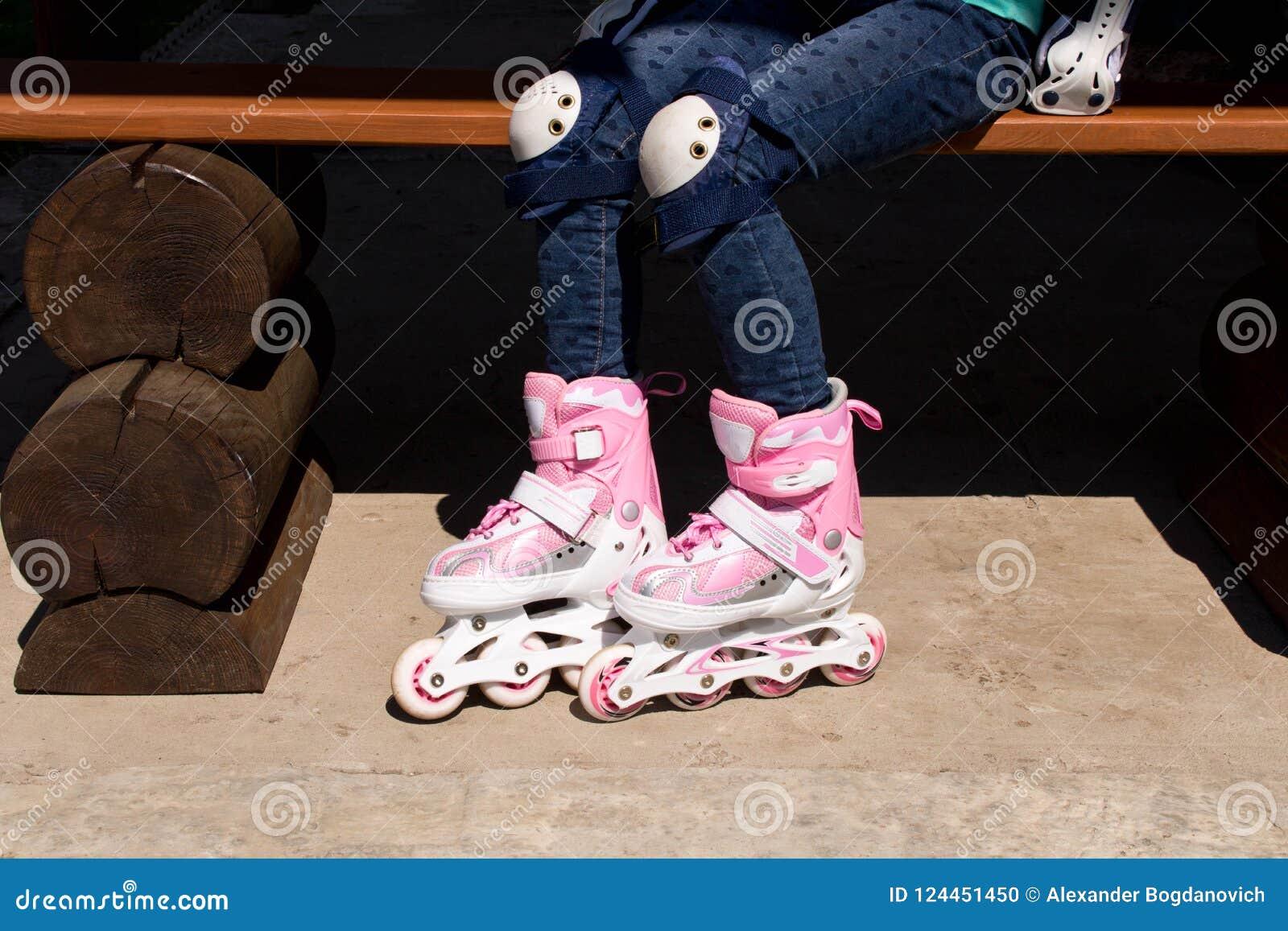 Девушка на коньках ролика Концепция здорового образа жизни