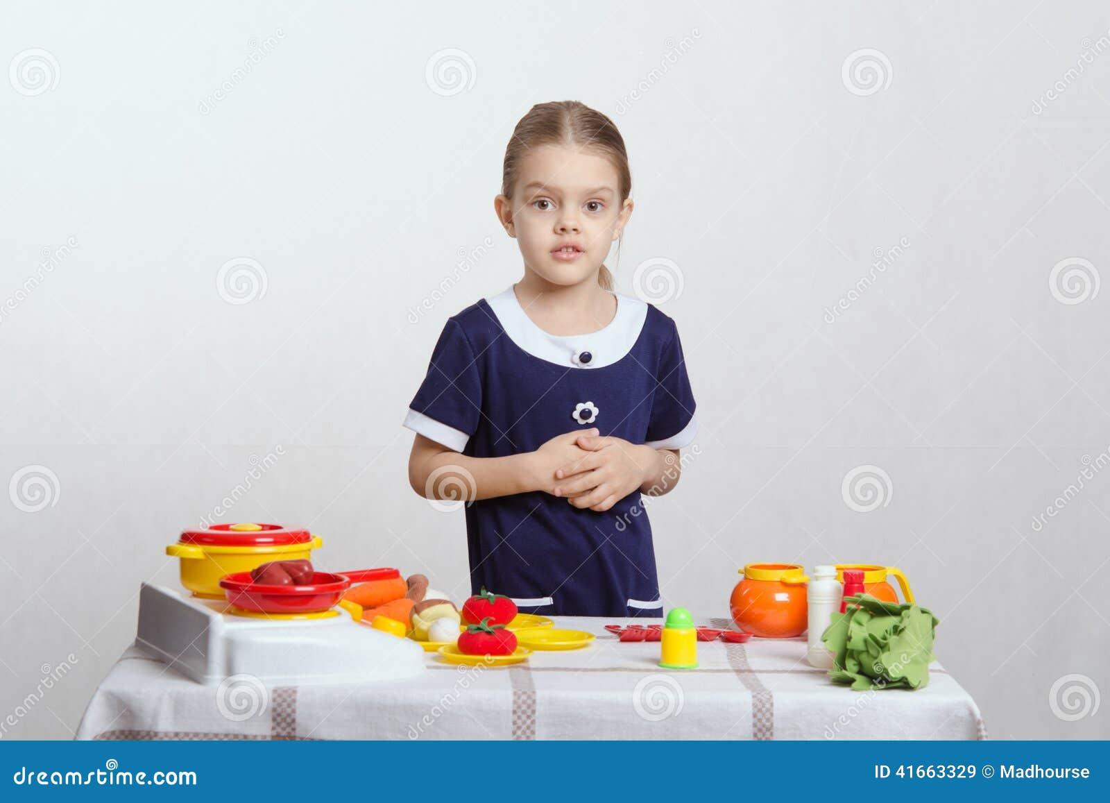 Девушка на кухне игрушки