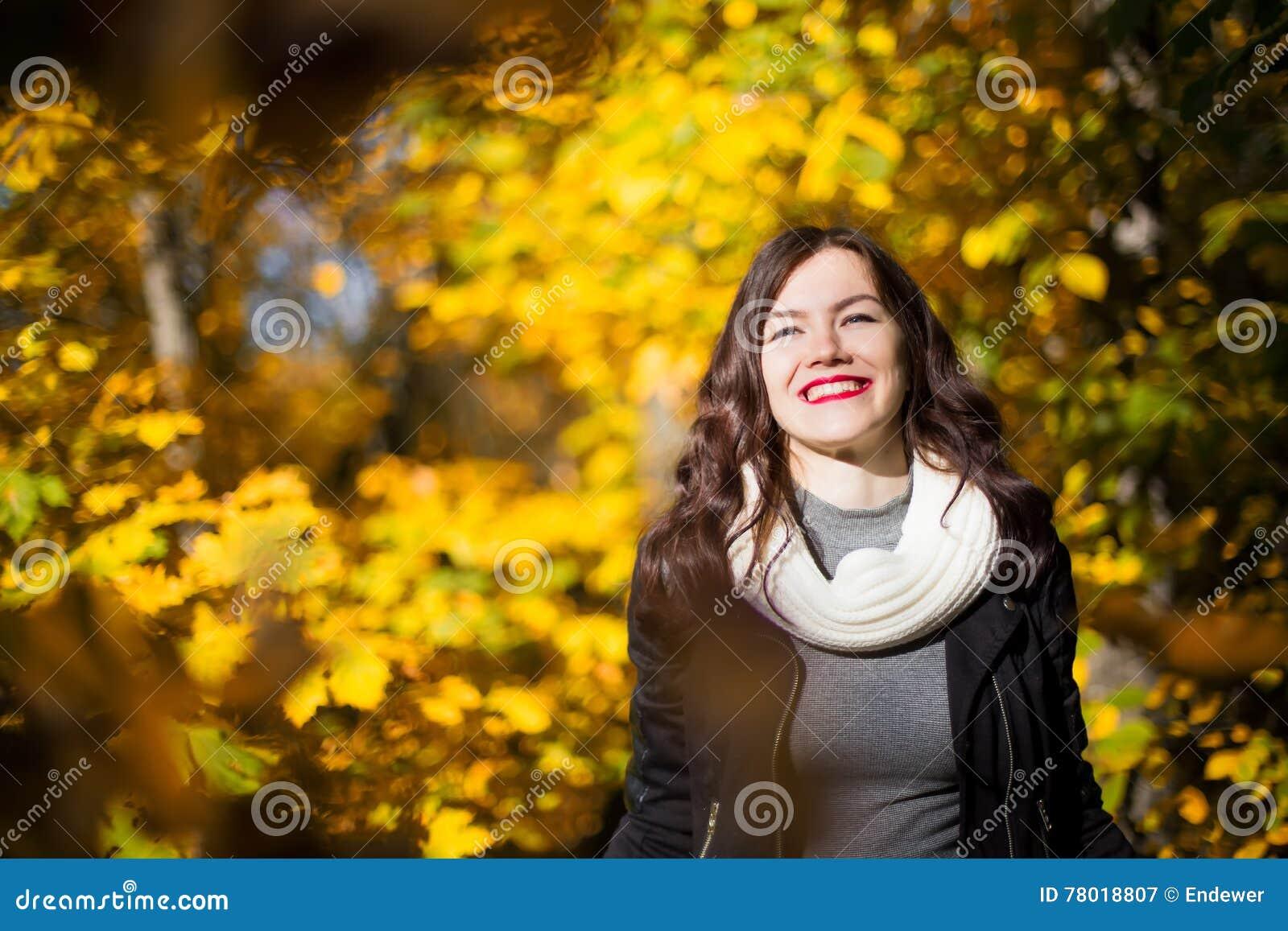 Девушка на предпосылке ландшафта осени