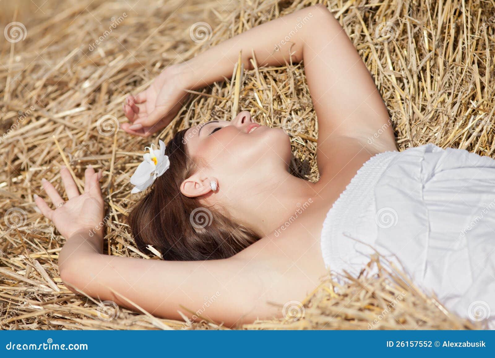 Деревенская красавица с мужиком на сеновале