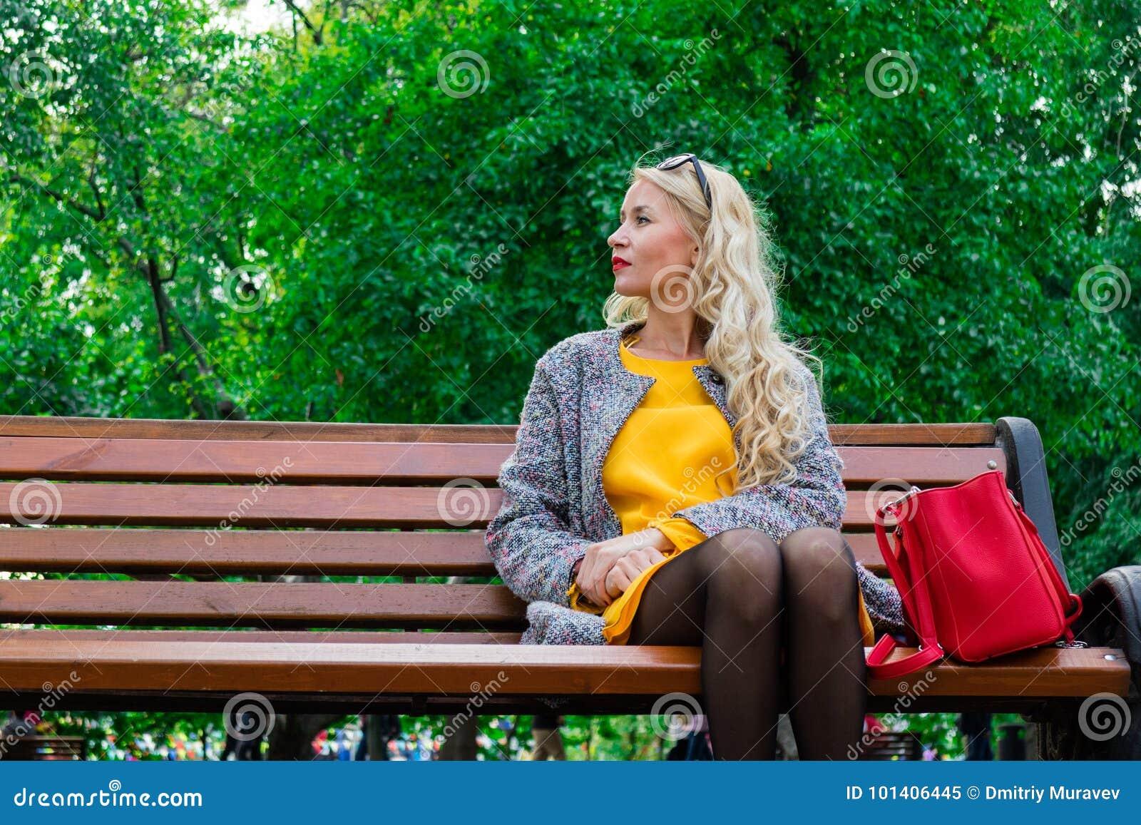 клип девушка блондинка ждала парня чего улыбнулся