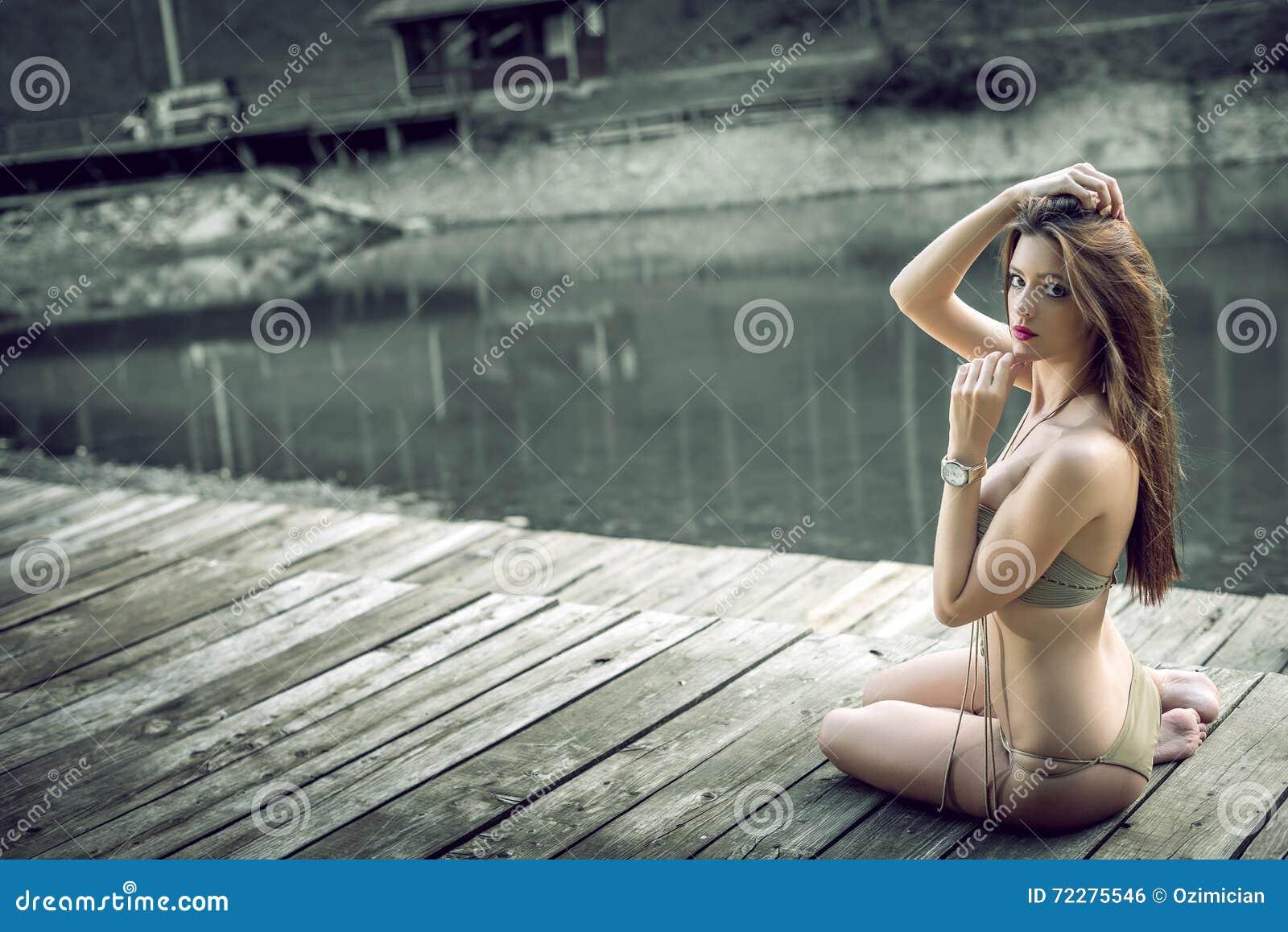 Download Девушка на Monokini озера нося Стоковое Фото - изображение насчитывающей диаграмма, гора: 72275546