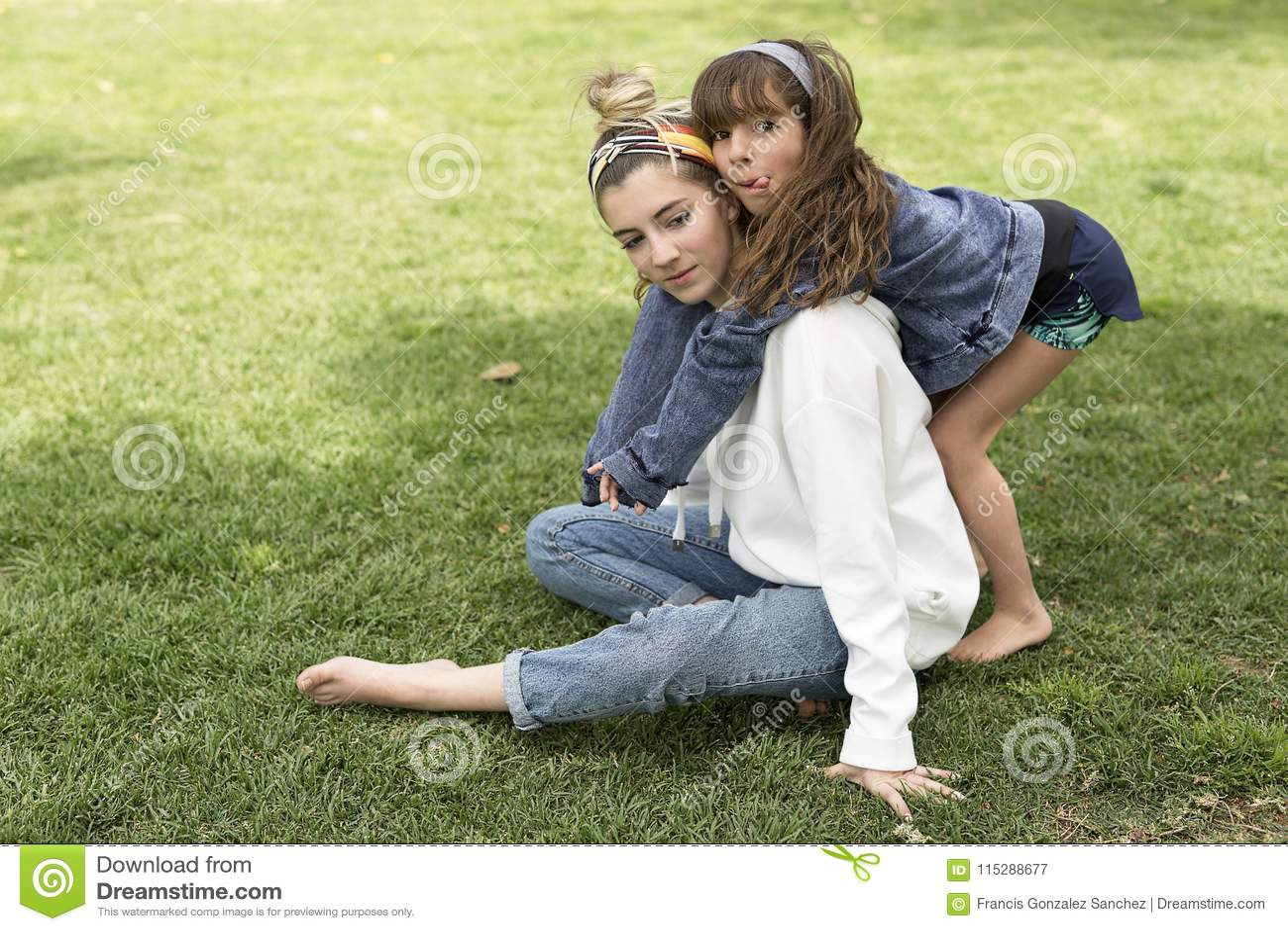 Девушка обнимая за ее сестрой