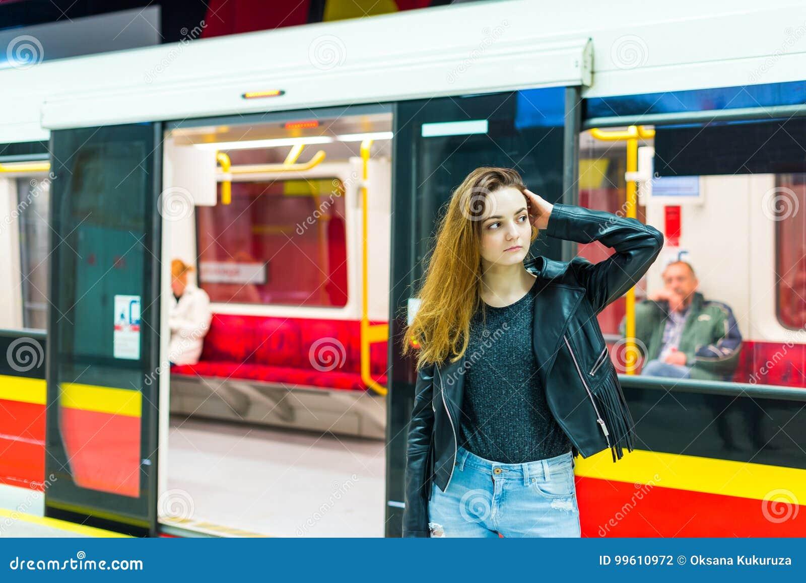 Снят девушка в метро пражский
