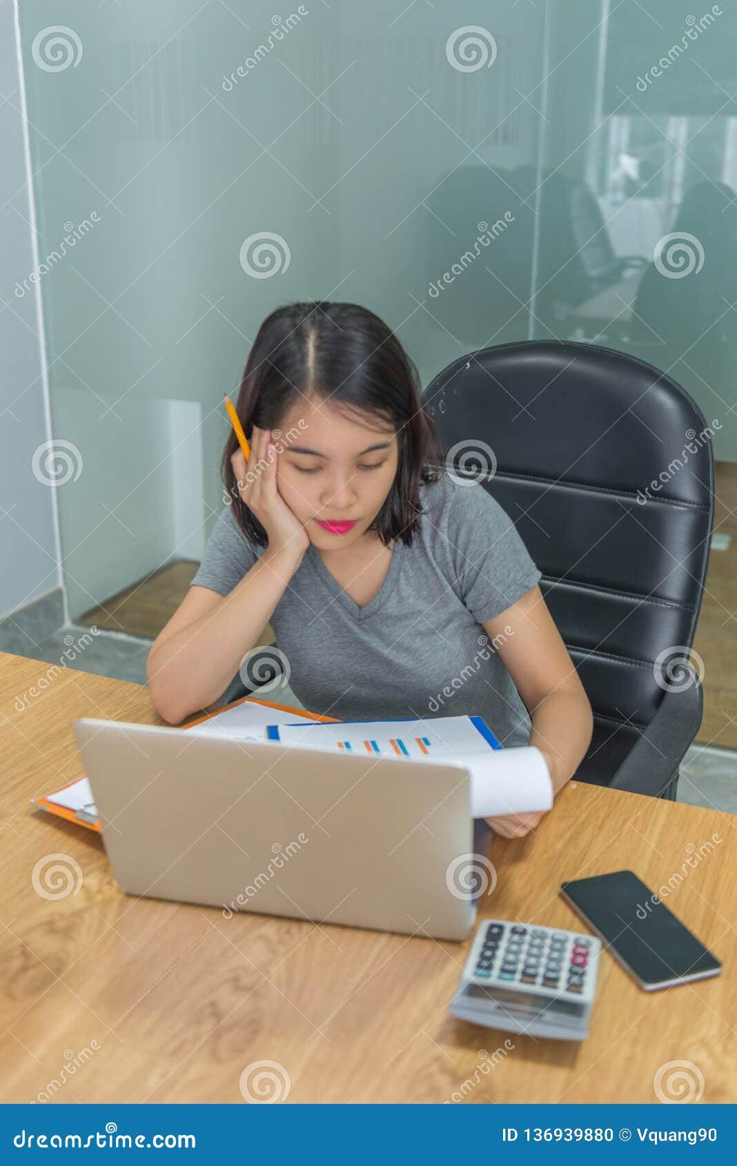 Девушка офиса анализируя и отчет о рассмотрения перед представлять, который нужно хозяйничать