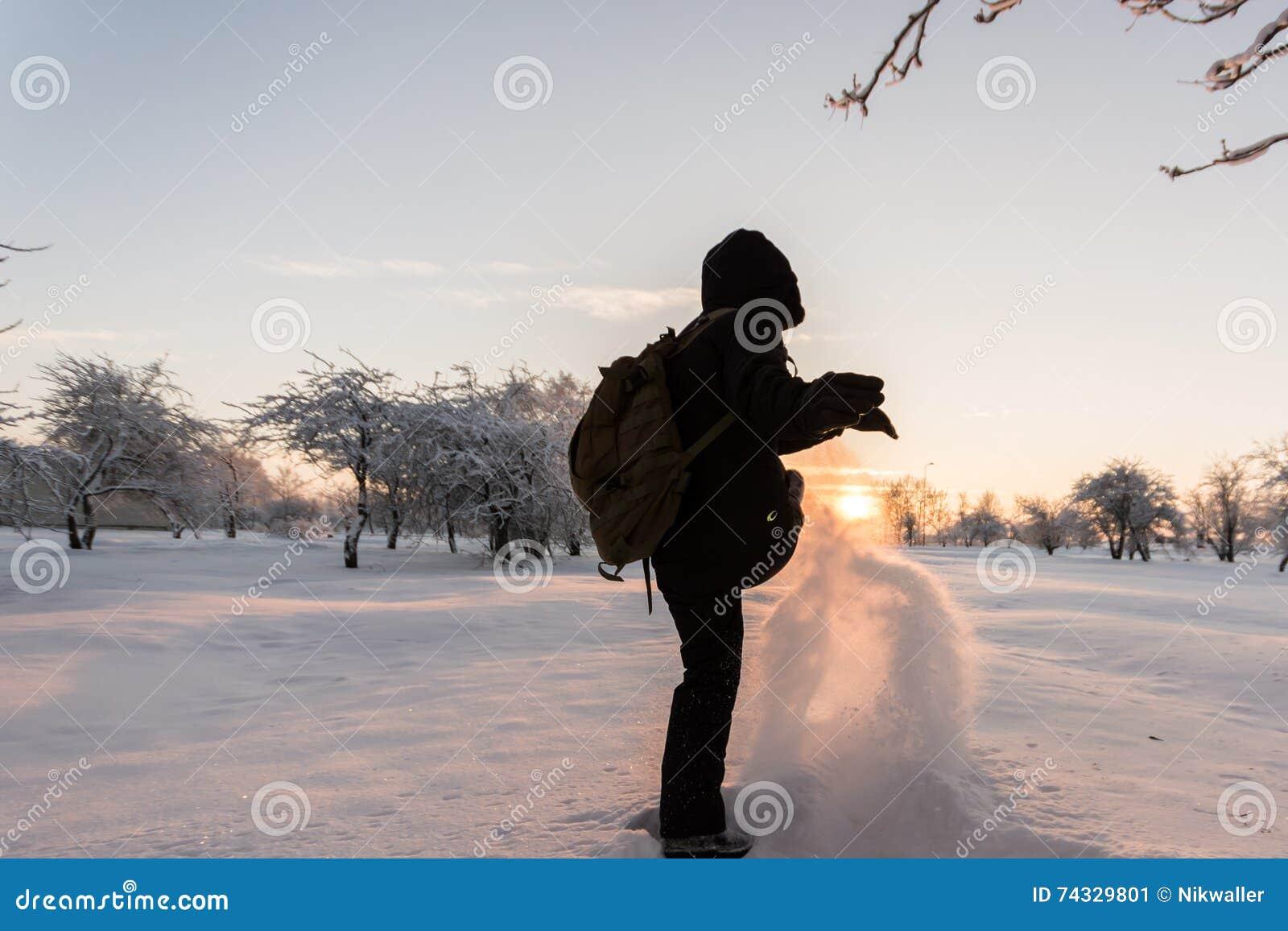 Девушка пиная снег зима температуры России ландшафта 33c января ural Заход солнца