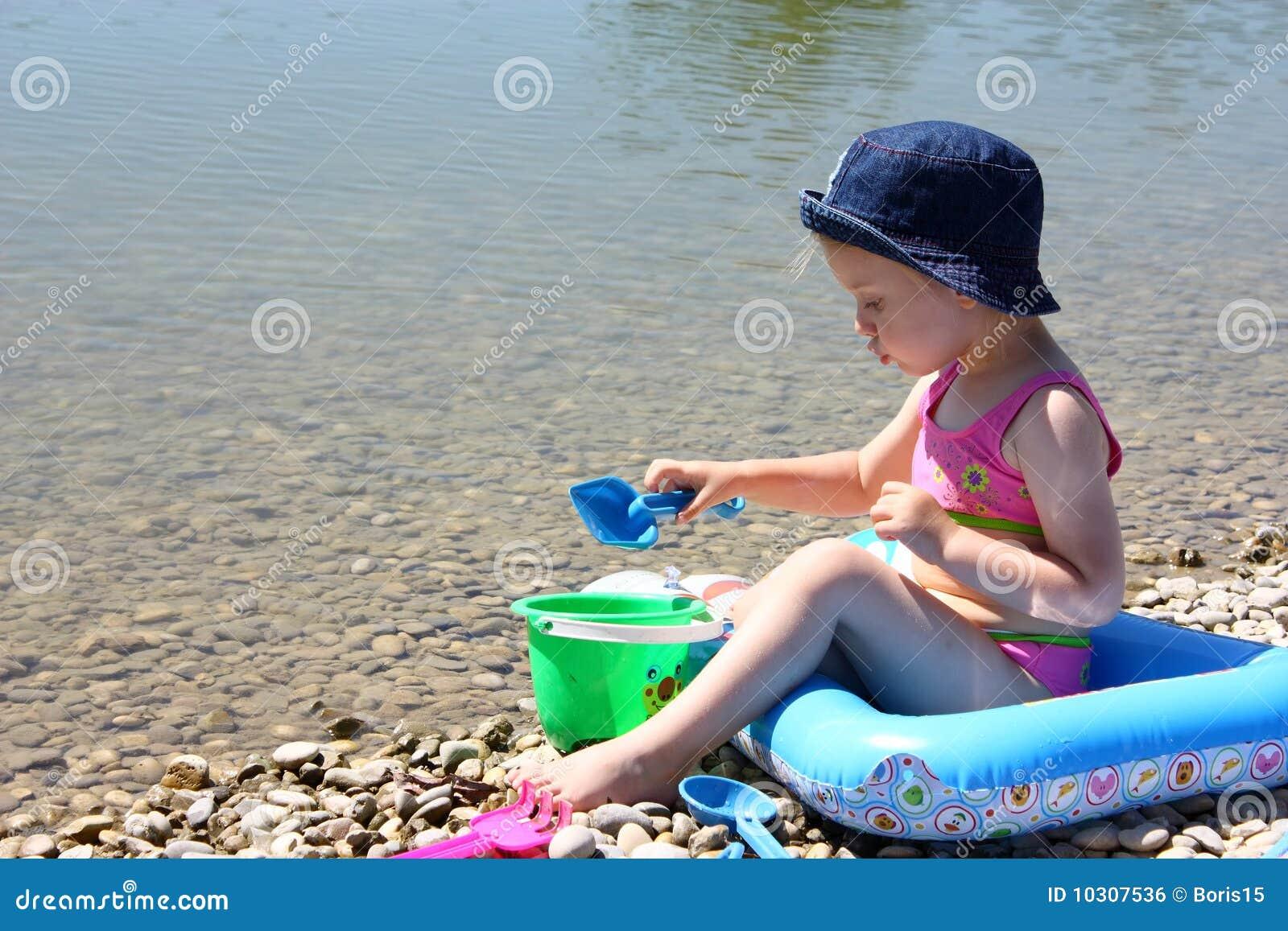 девушка пляжа немногая играя