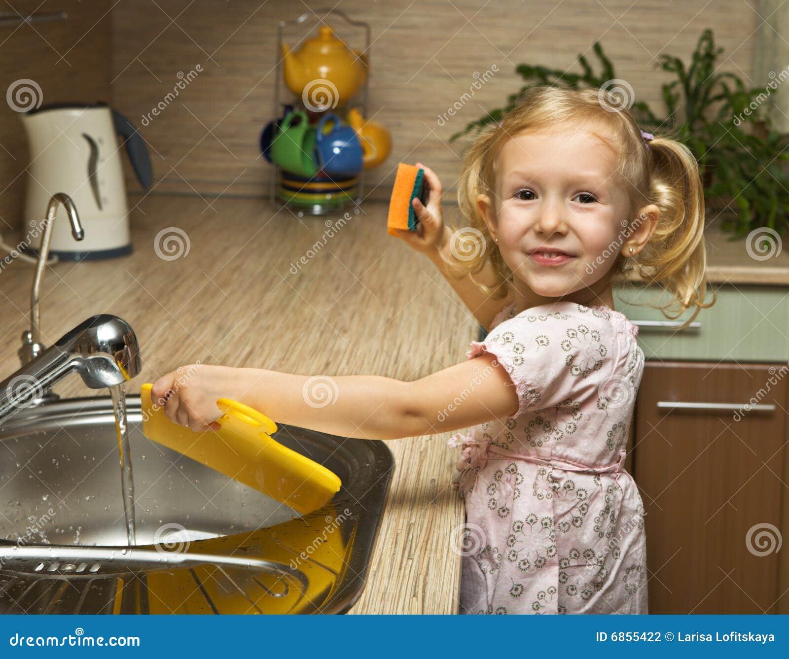 девушка помогает кухне немногая