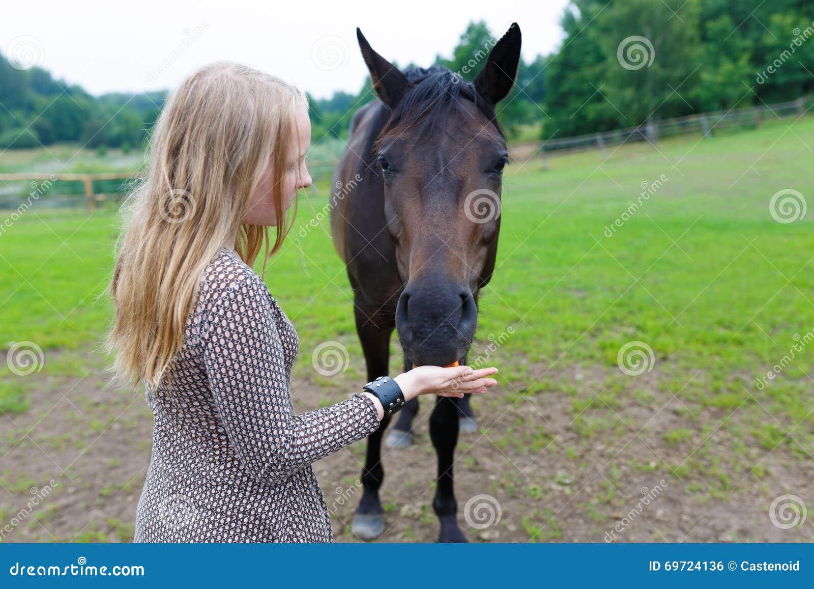Девушка подавая лошадь