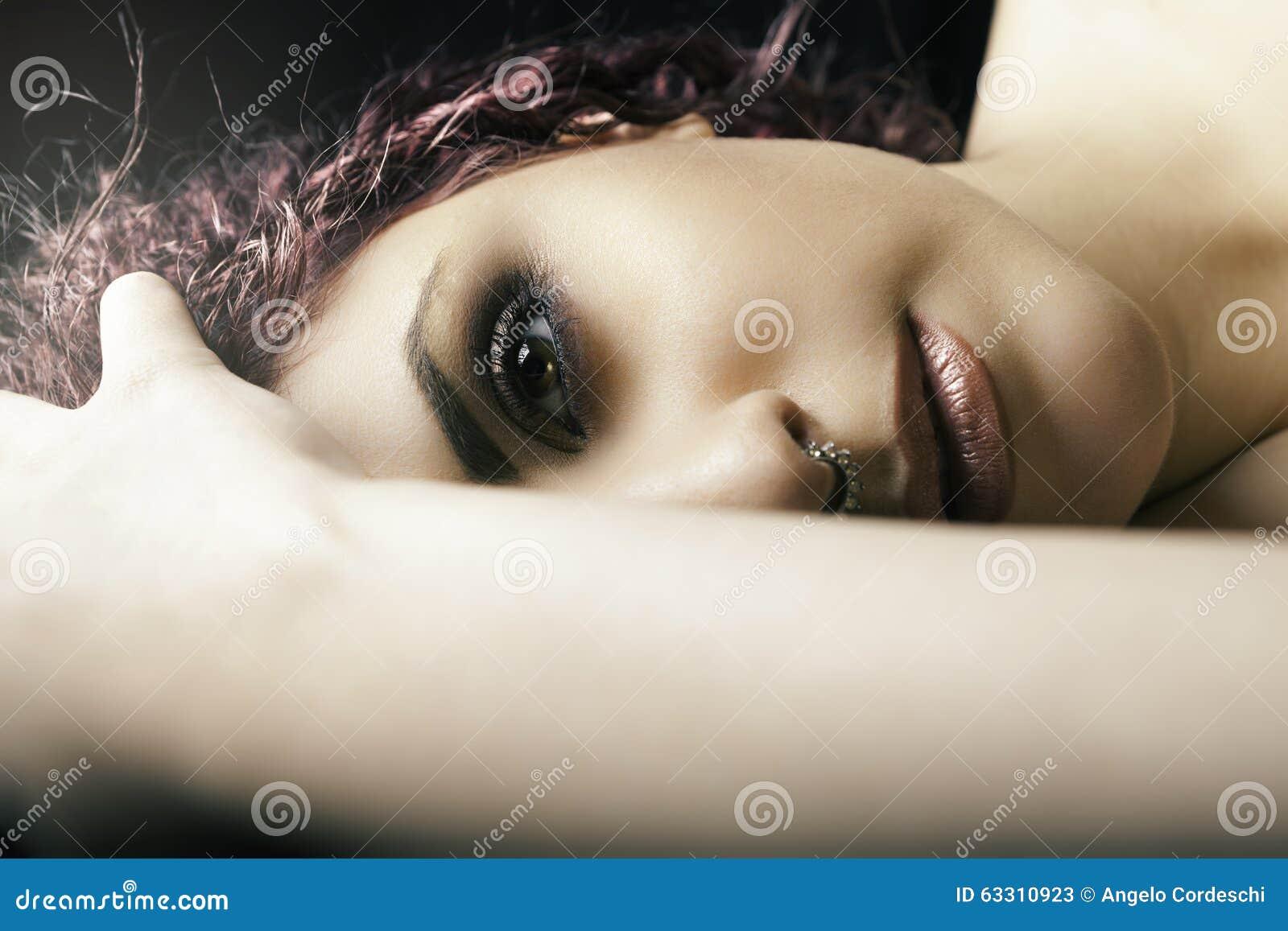 Девушка половинного портрета лежа Молодой модельный состав женщины