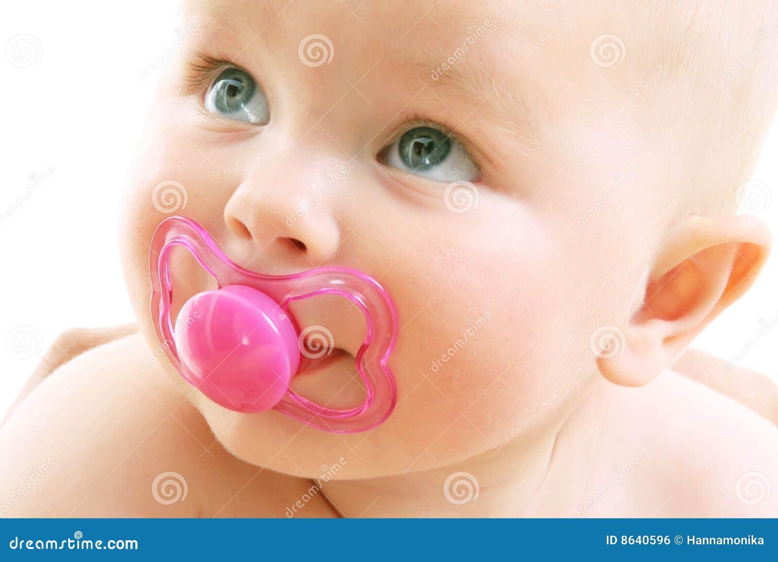 девушка предпосылки младенца милая над белизной