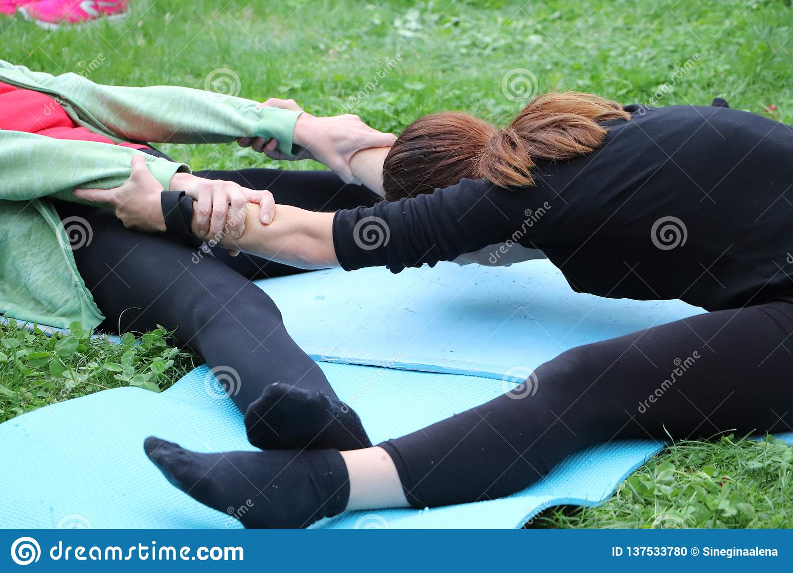 Девушка приниманнсяая за йога природы Спарите йогу или йогу acro