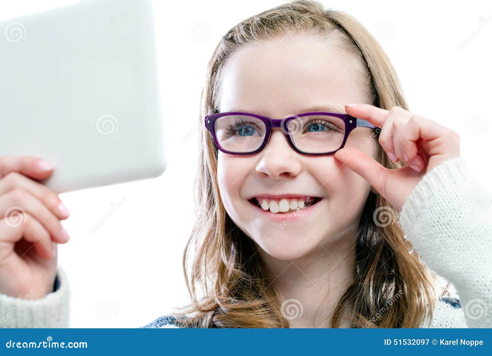 Девушка пробуя новые стекла