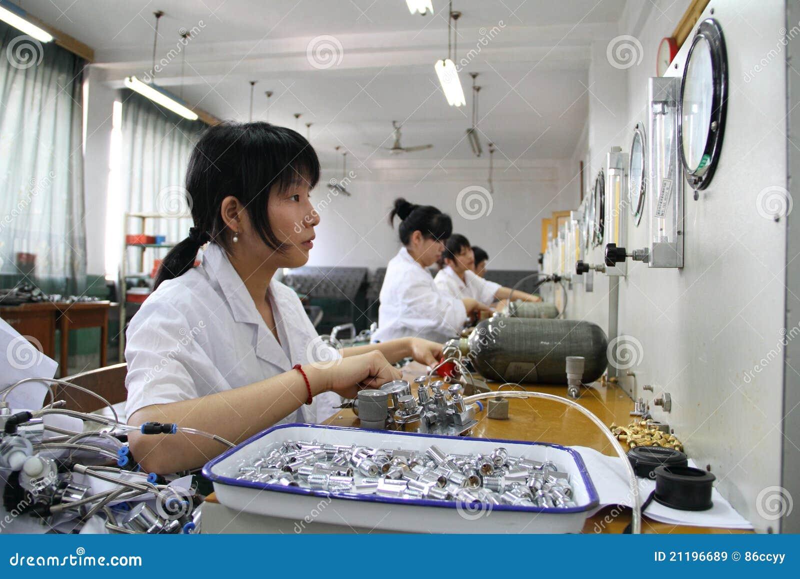 Девушка работая в линии обнаружения