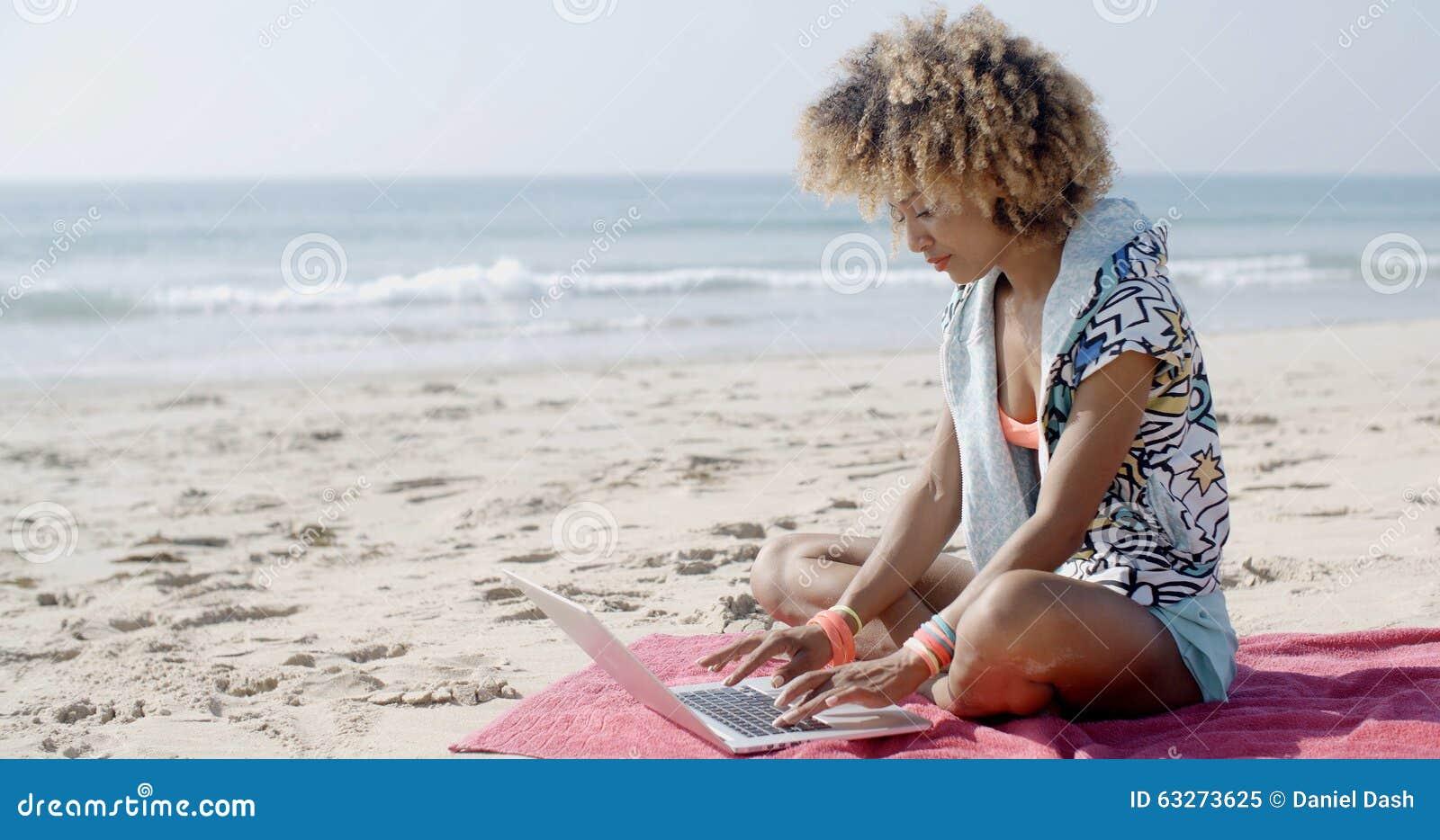 Фото песка и девушек