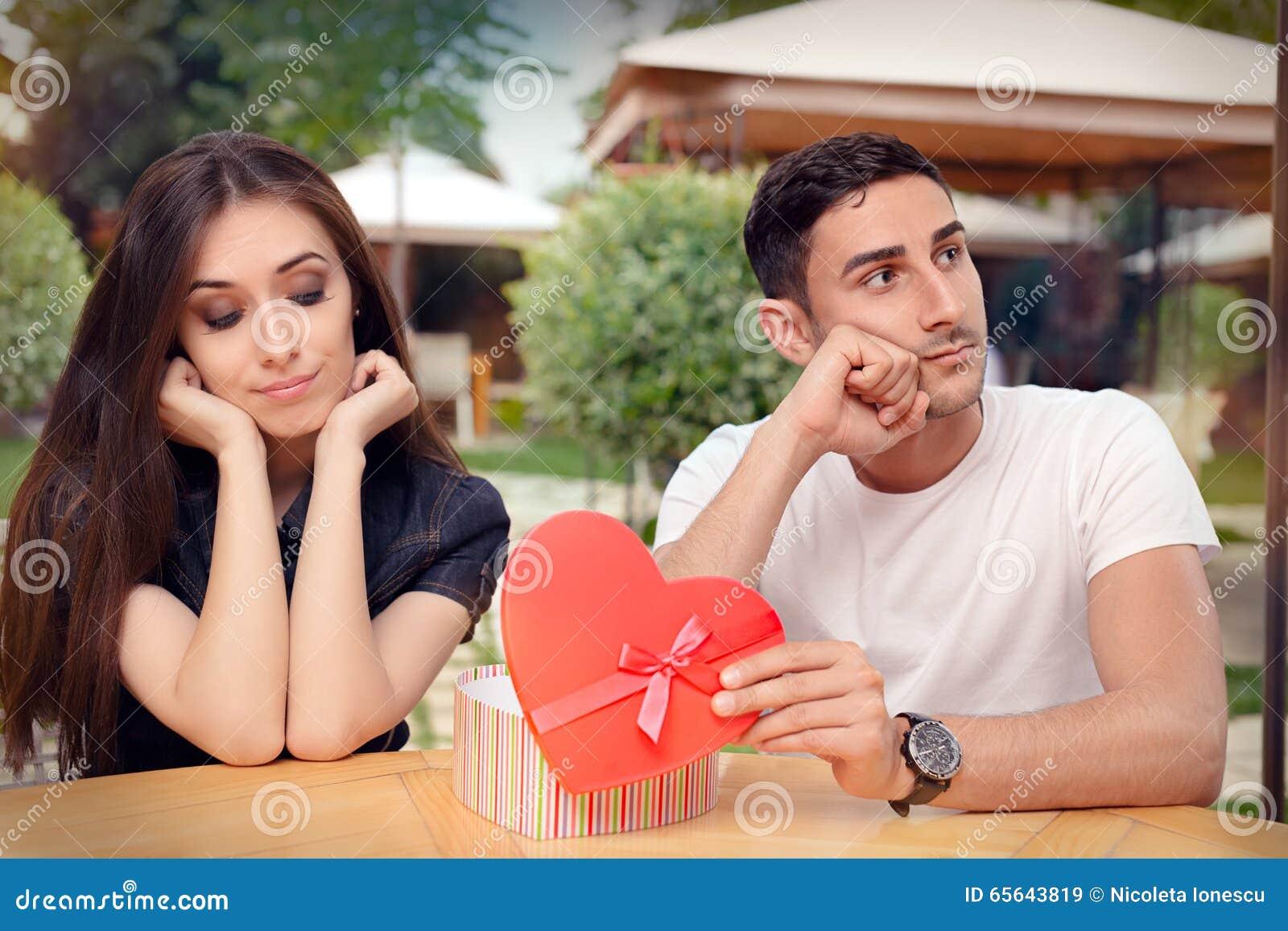Девушка разочарованная на ее подарке валентинки от парня