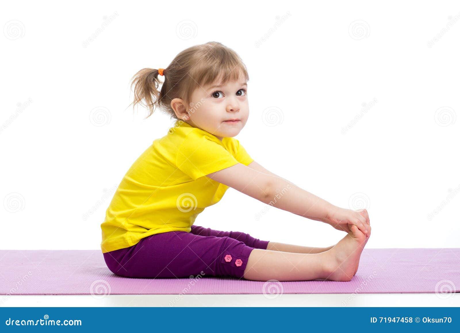 Девушка ребенка делая гимнастические тренировки