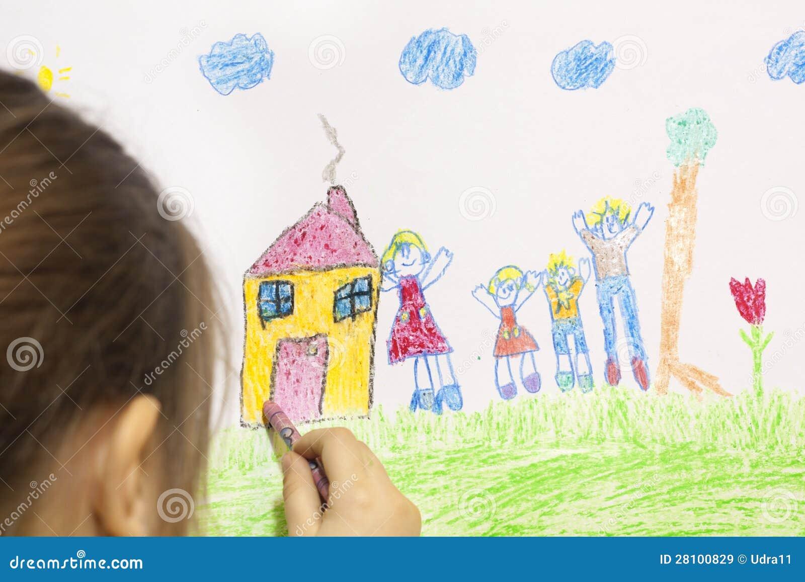 Девушка рисует ее собственный дом