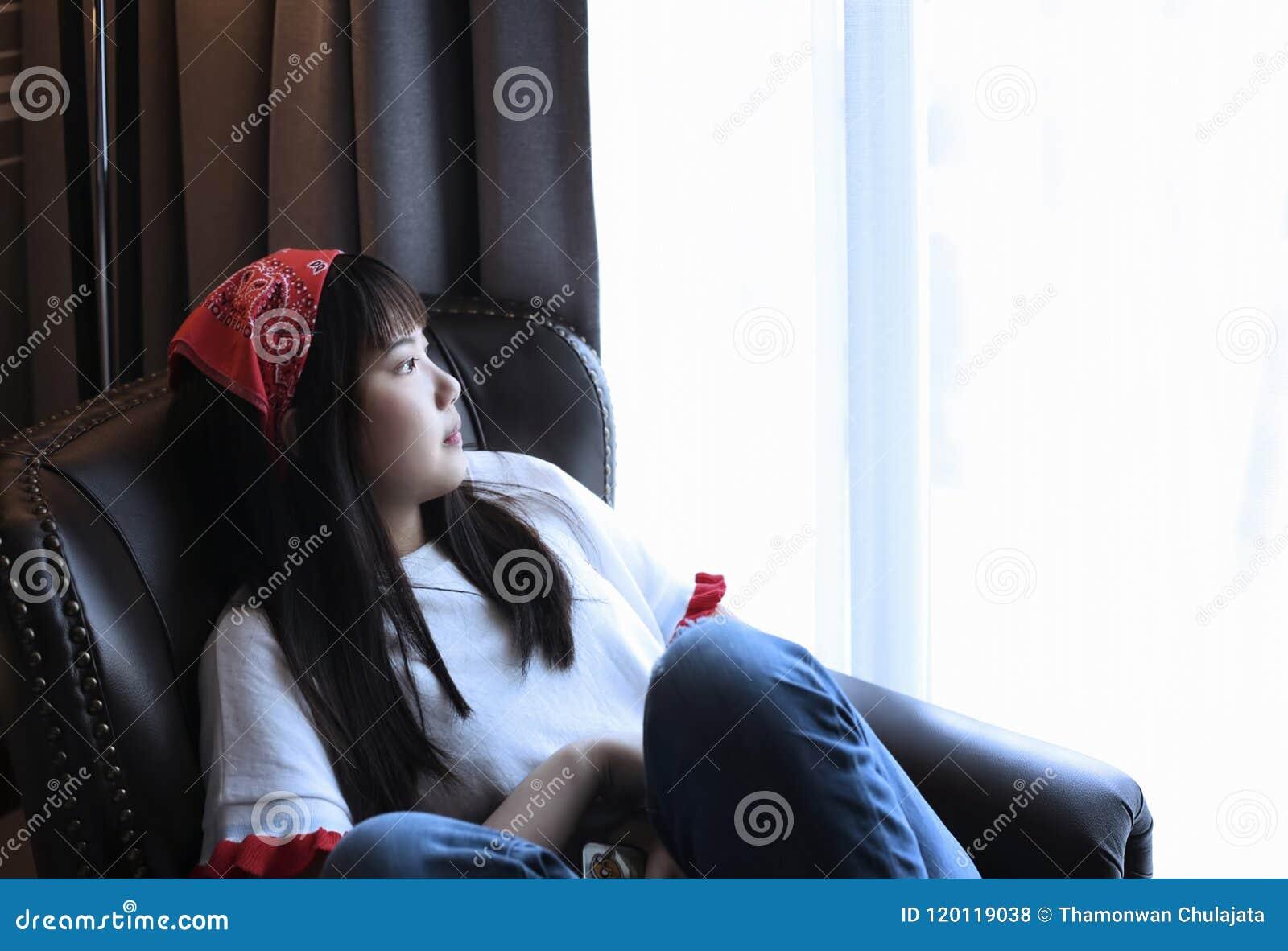 Девушка сидя в Отсутствующ-мыслящем