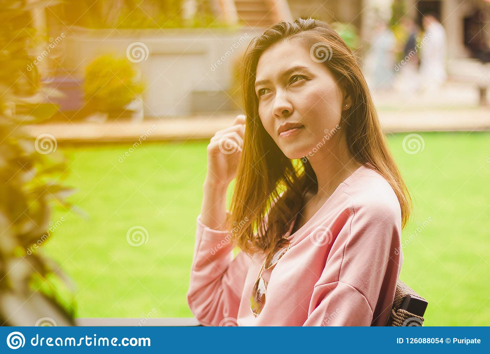 Девушка сидя на деревянный смотреть стула